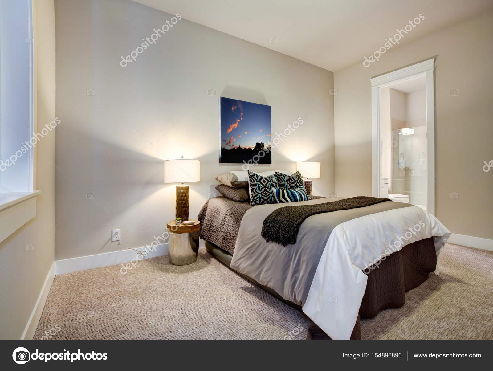 Neutrale Schlafzimmer Design Mit Bad En Suite Funktionen Weichen Beige  Wände Malen Farbe Schoko Braun Bettwäsche Passende Geometrische Muster  Kissen.