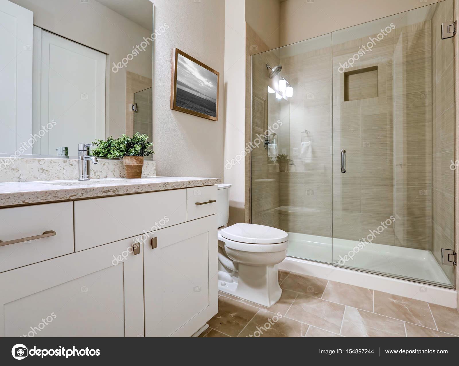 Tijdelijke badkamer interieur in zachte beige kleuren — Stockfoto ...