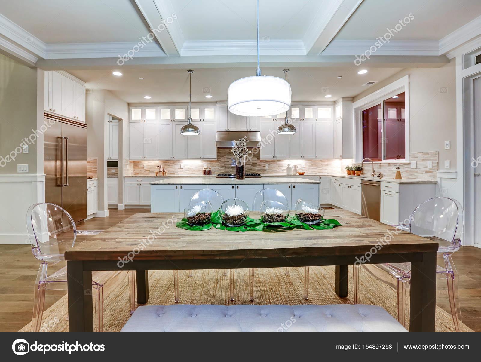 Estilo encantador artesano comedor espacio con techo artesonado ...