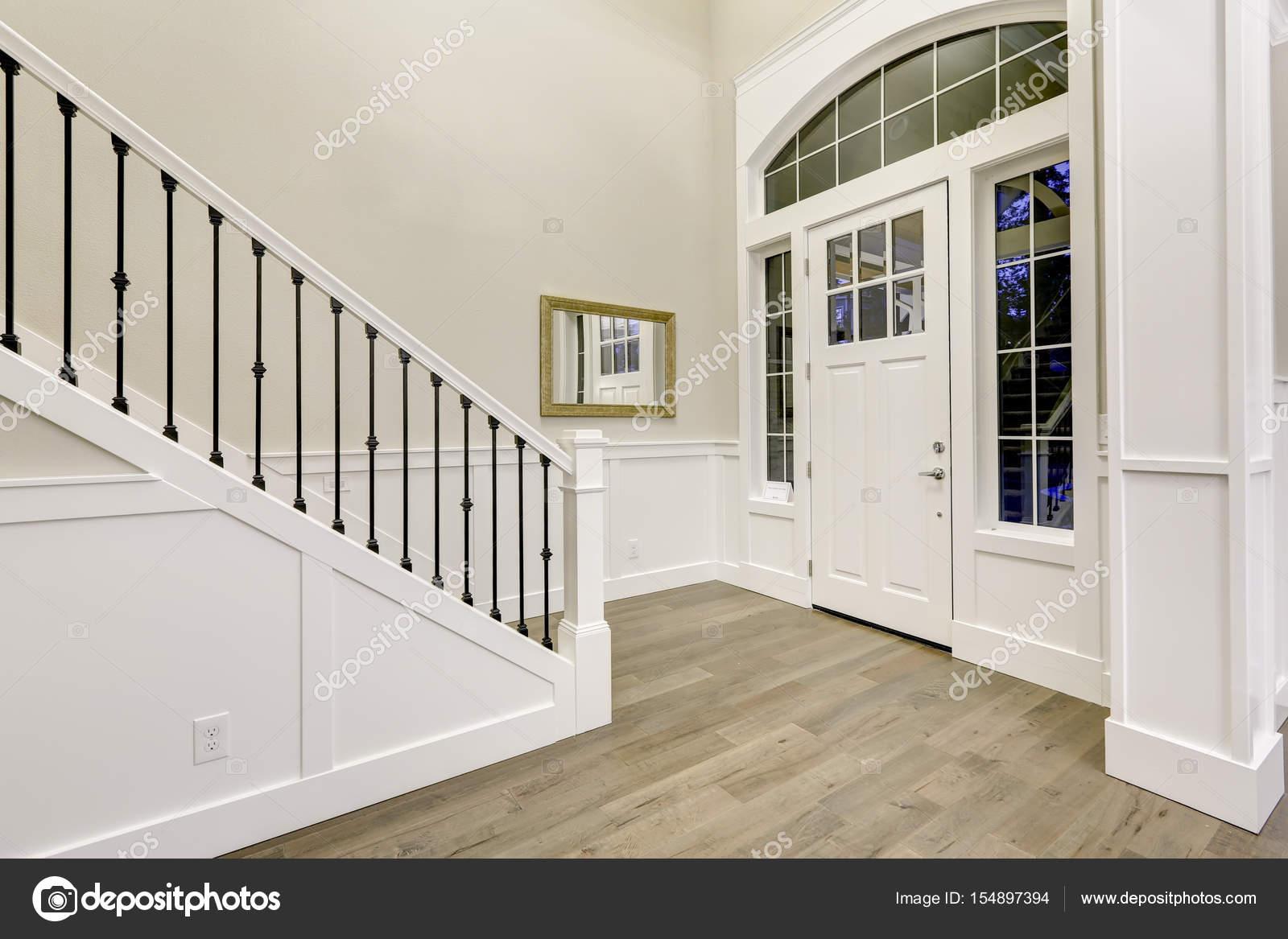 Soffitti In Legno Chiaro : Design chic bianco ingresso accentato con soffitto alto u foto