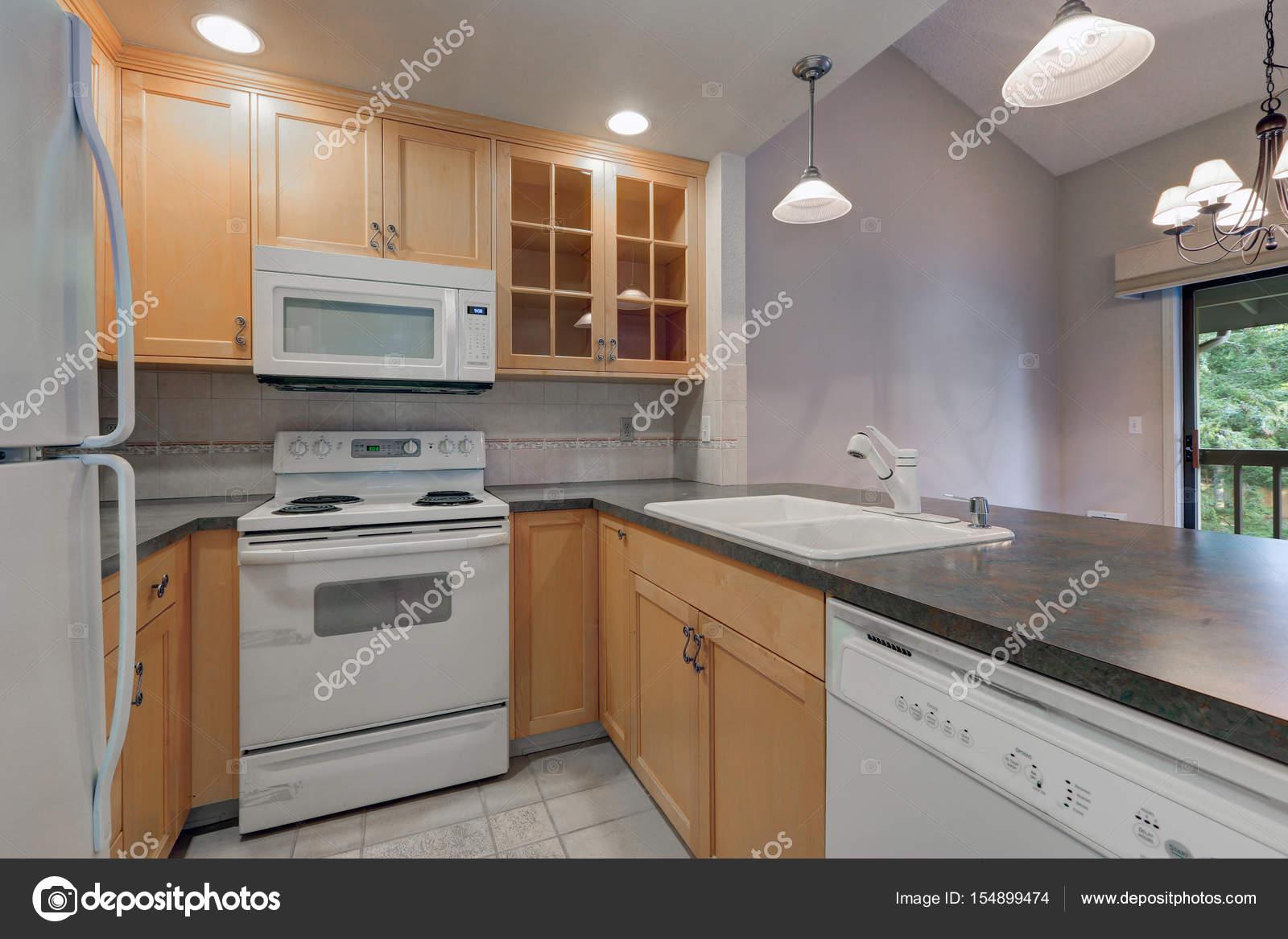 Ordentlich kompakte Küche mit Ahorn Schränke — Stockfoto © iriana88w ...