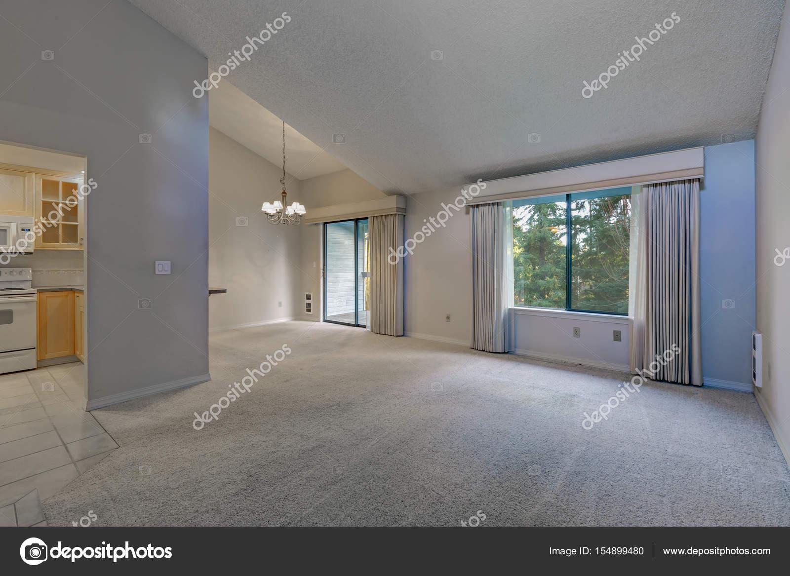 Leer-Ess-Raum mit gewölbter Decke und grauen Mauern — Stockfoto ...