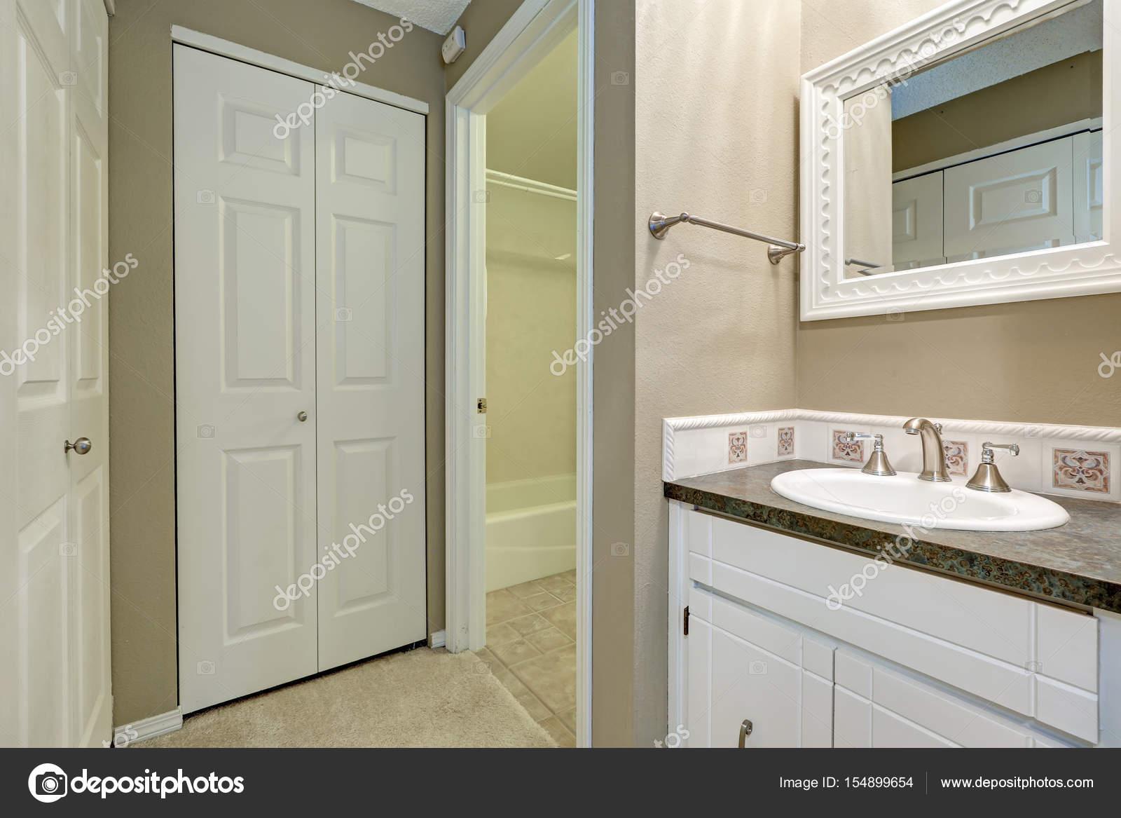 Witte en grijze badkamer interieur — Stockfoto © iriana88w #154899654