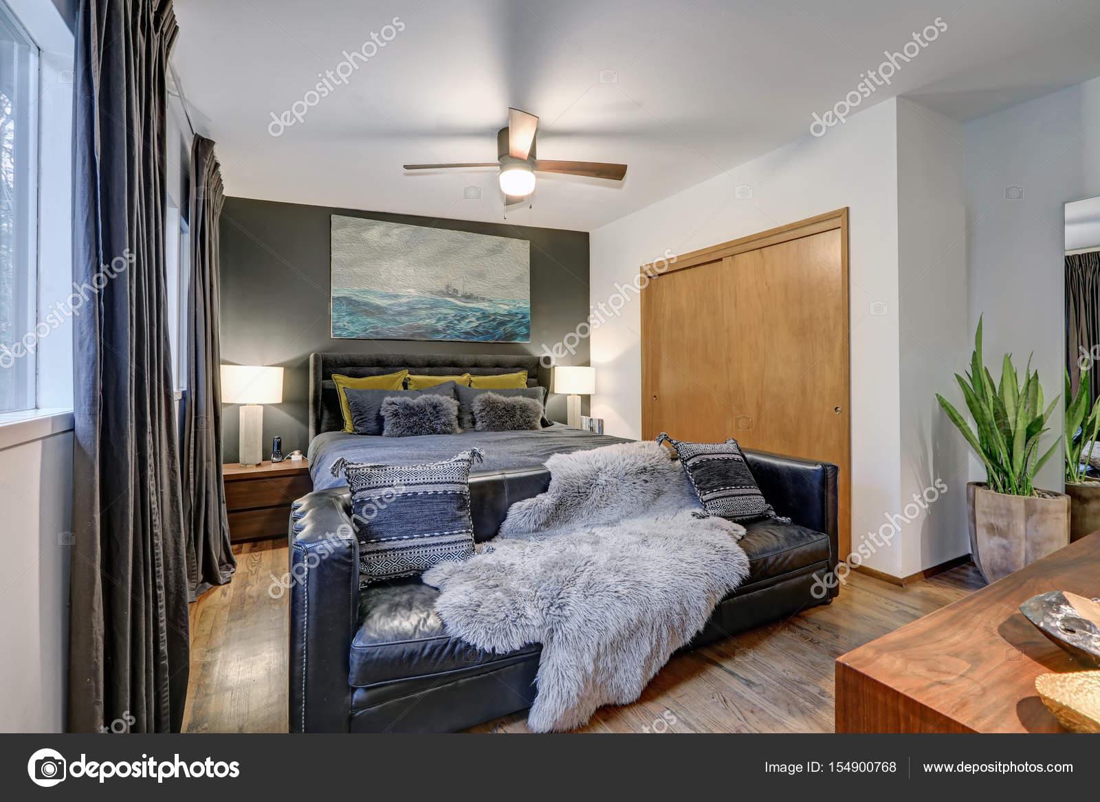 Mannelijke slaapkamer functies grijs accent muur — Stockfoto ...