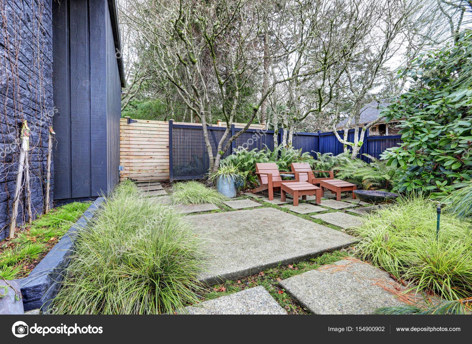 vorgarten mit blauen zaun und betonplatten — stockfoto © iriana88w