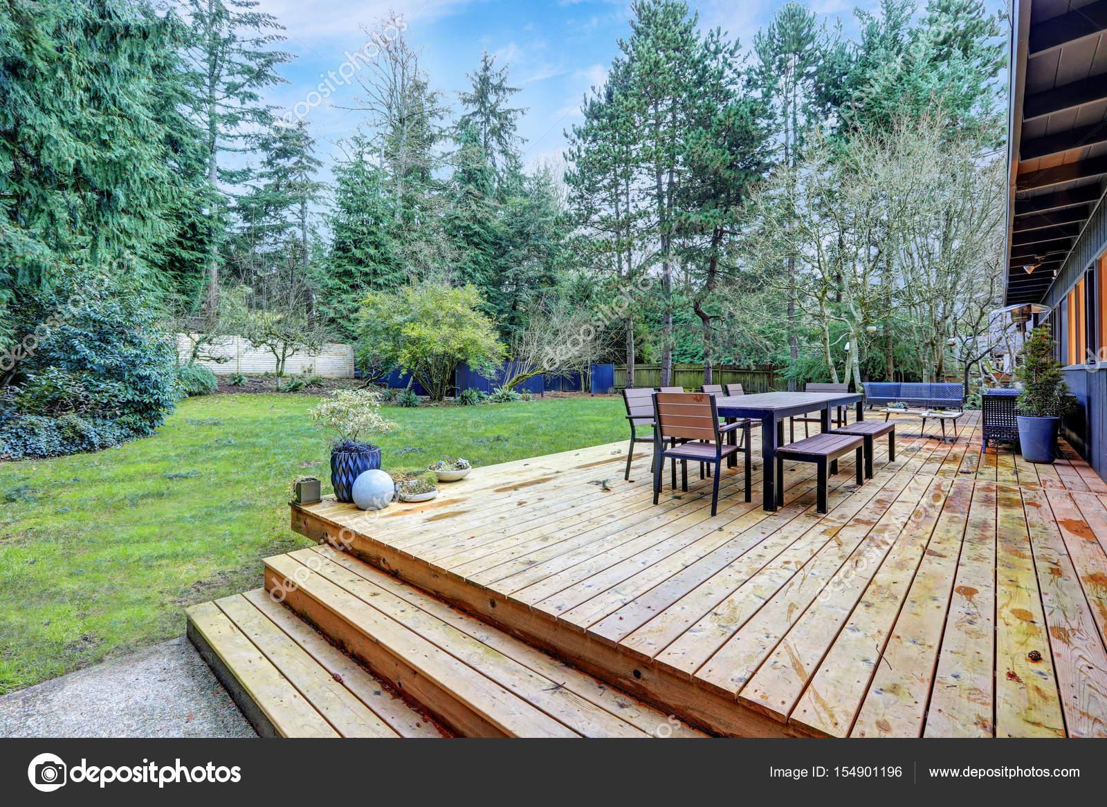 Vue du grand pont arrière avec mobilier de jardin ...