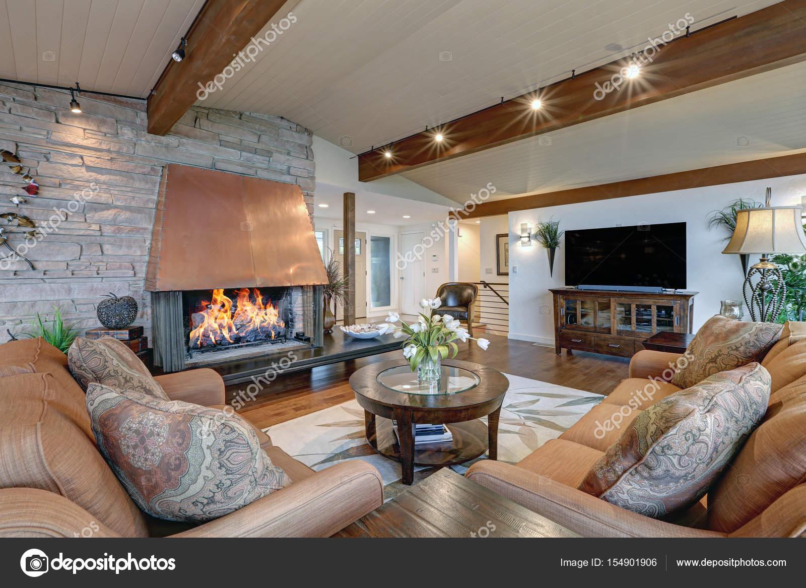 Mooie panorama huis interieur groot familie kamer u stockfoto
