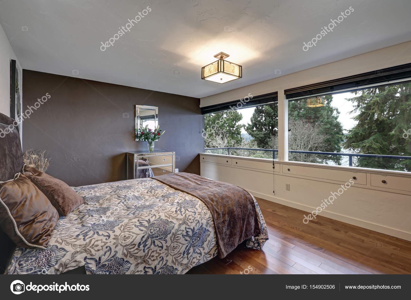 Slaapkamer met grijs accent muur — Stockfoto © iriana88w #154902506