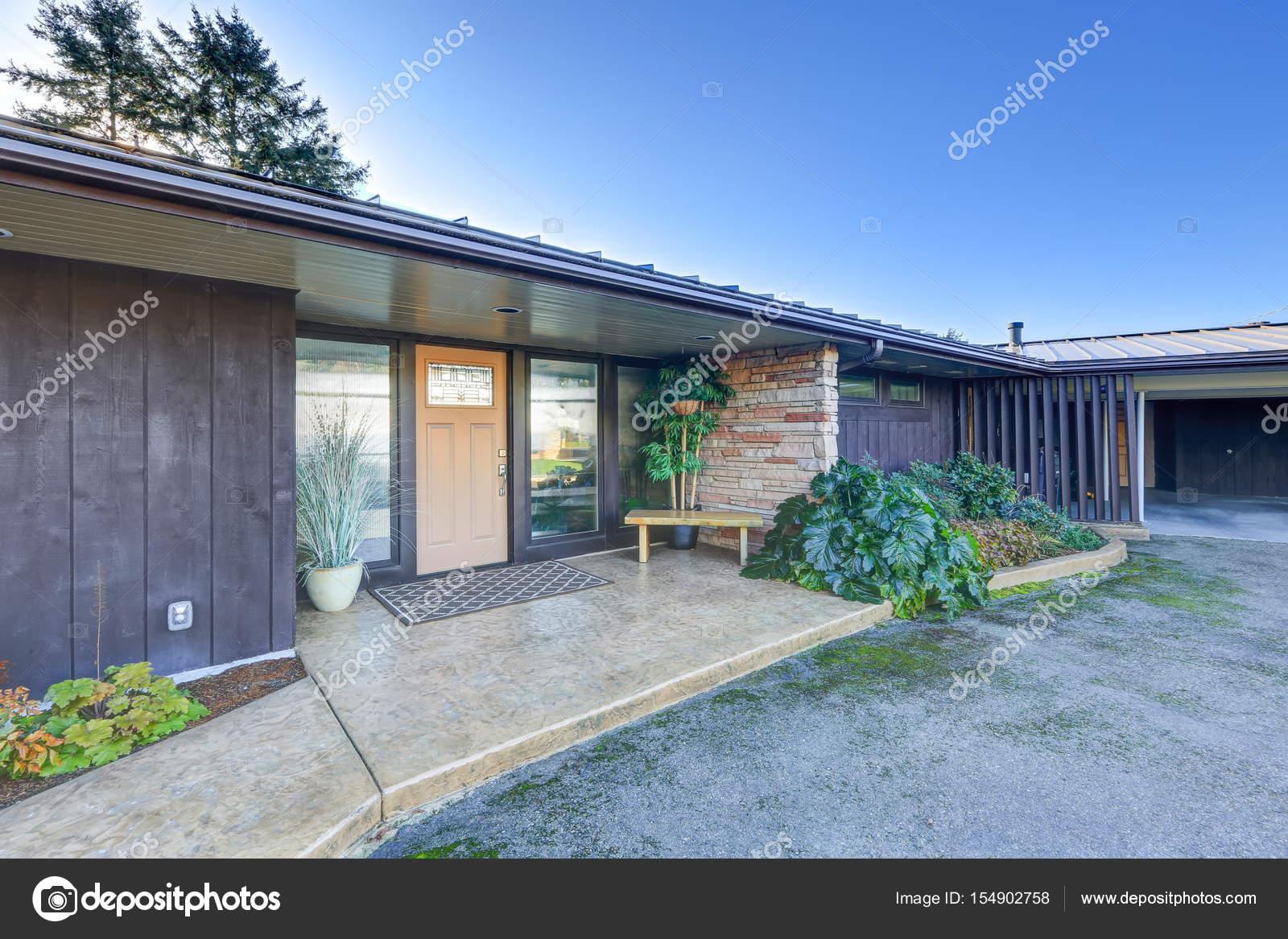 Gezellige veranda met stenen muur u stockfoto iriana w