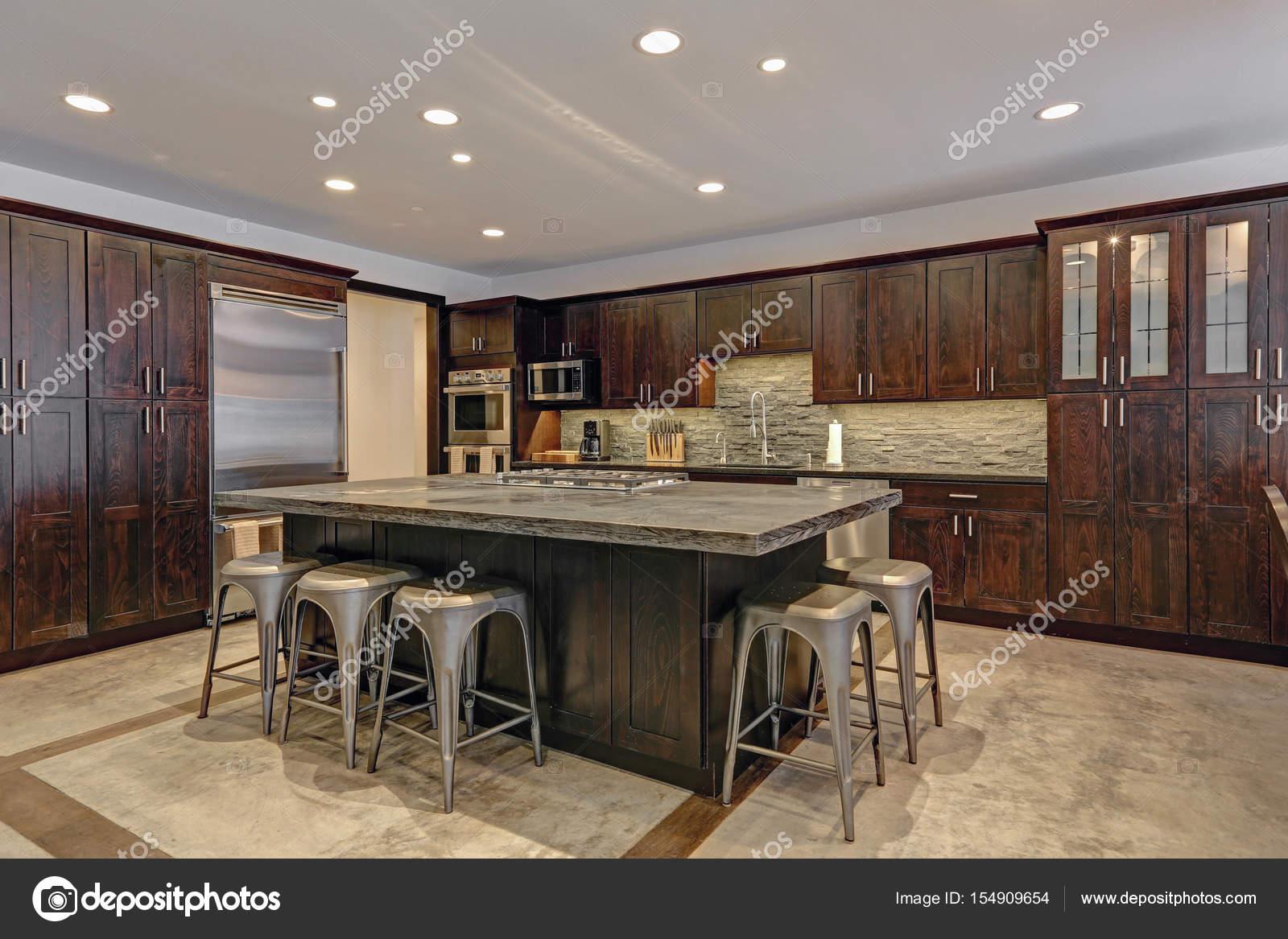 Diseño de cocina de planta abierta moderna en tonos grises — Foto de ...