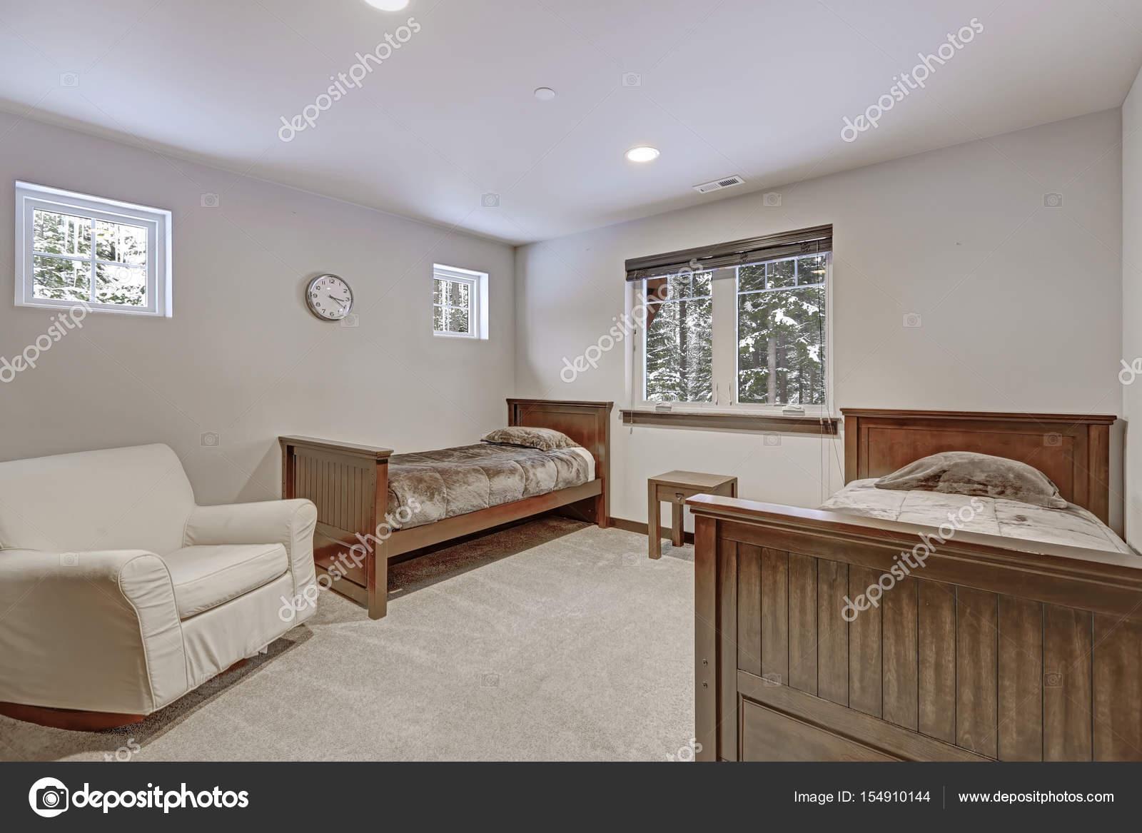 Spaziosa camera da letto bambini con le pareti beige chiaro — Foto ...