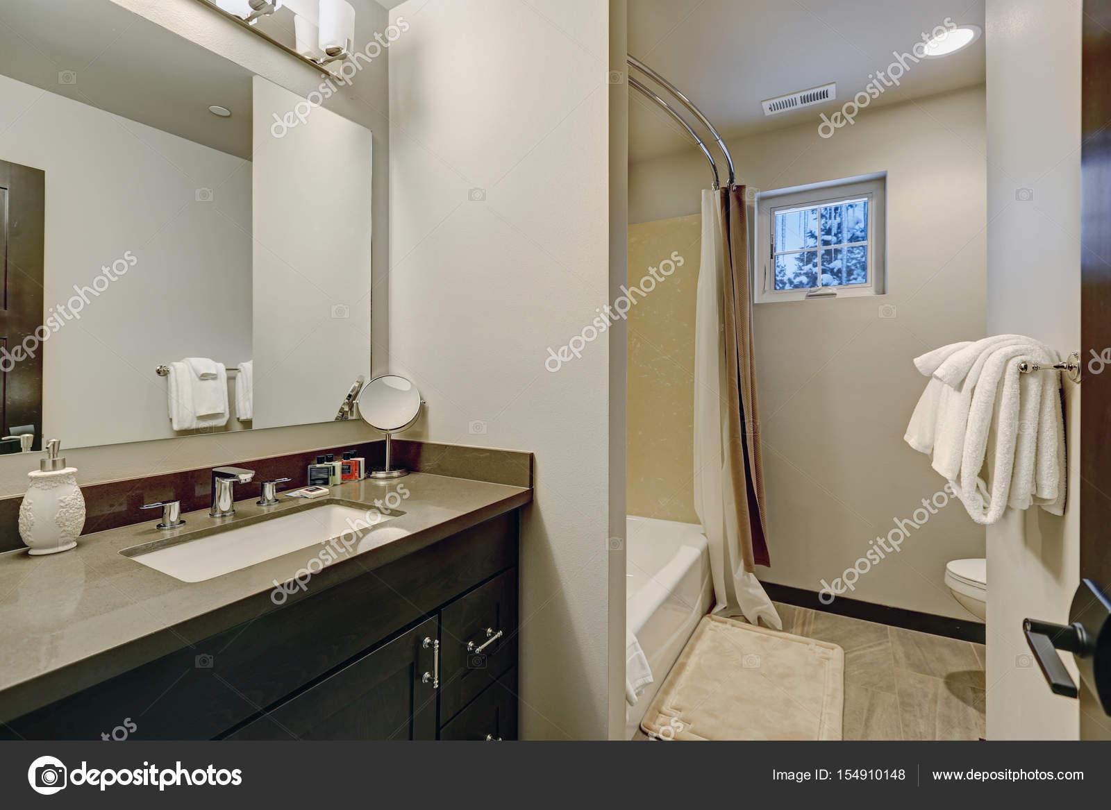 Design Bagno Con Doccia : Design bagno beige chiaro con vanità e doccia u2014 foto stock