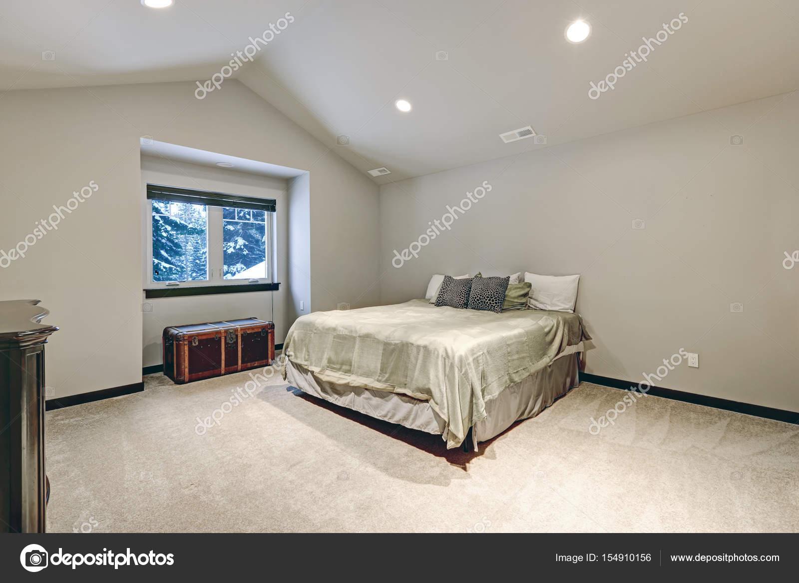 Gewelfd plafond ontwerp van de slaapkamer met groot bed u2014 stockfoto