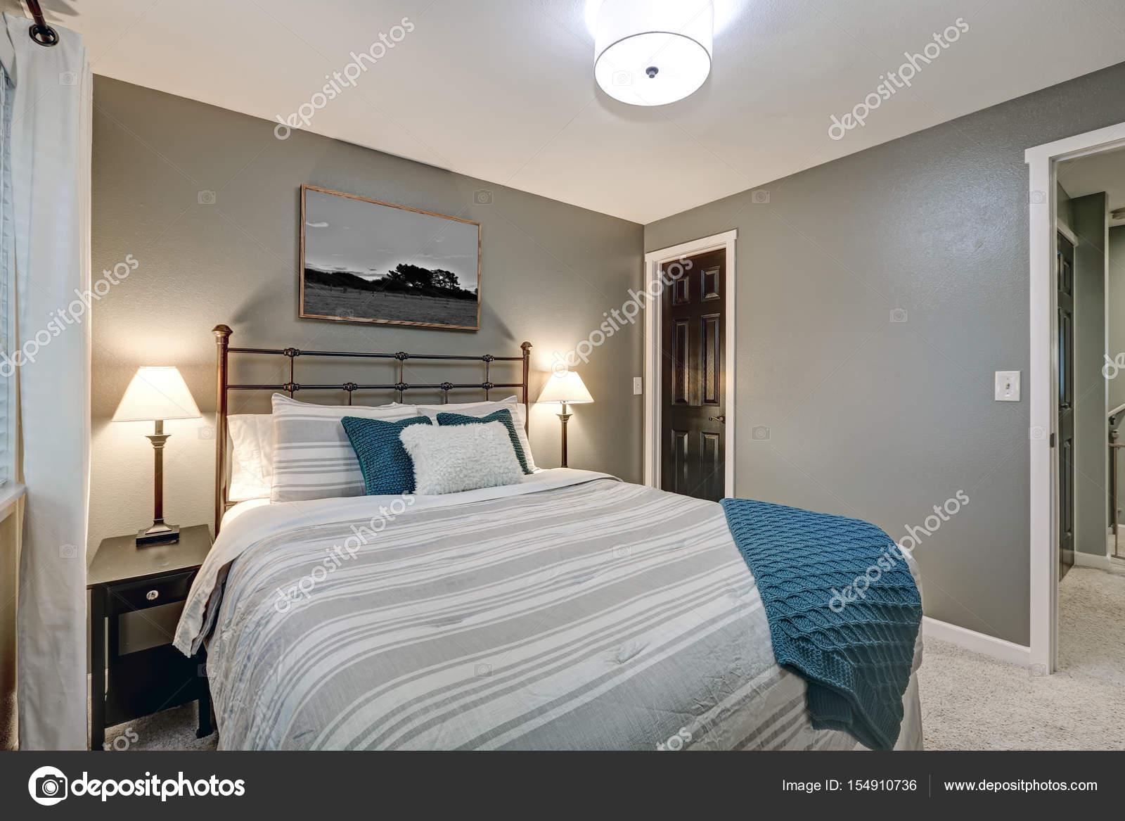 Graue Schlafzimmer verfügt über große Eisen-Bett — Stockfoto ...