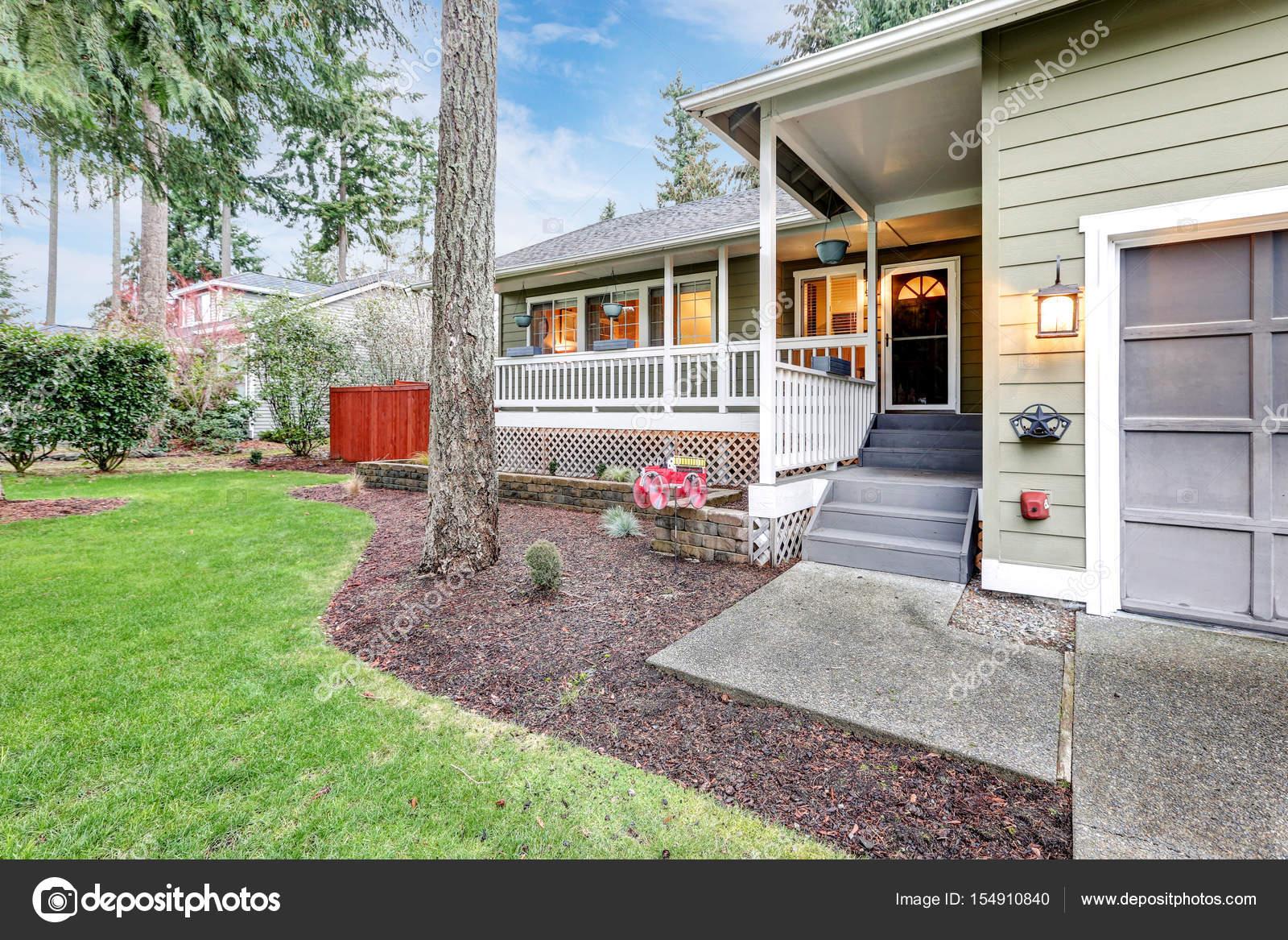 Mooie huis buitenkant met gastvrij bedekt veranda u stockfoto