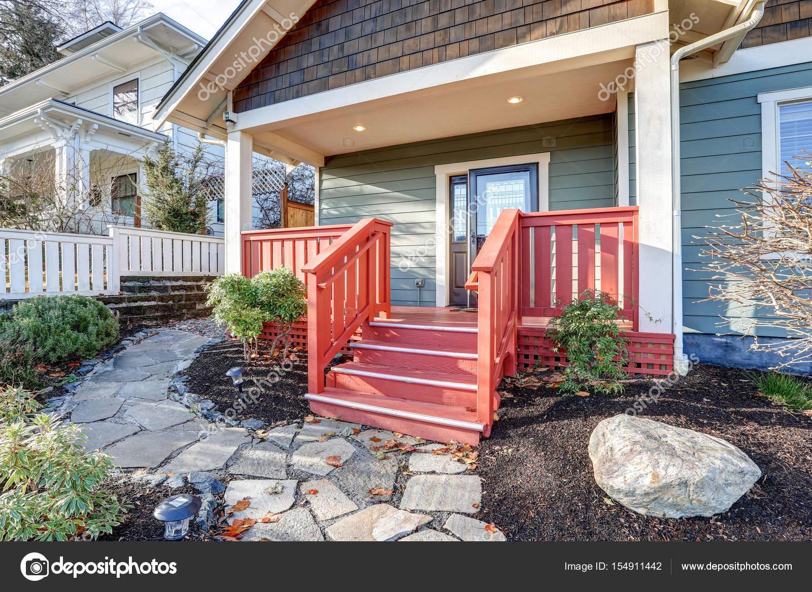 Mooi huis met overdekt terras van de rode ambachtsman u stockfoto