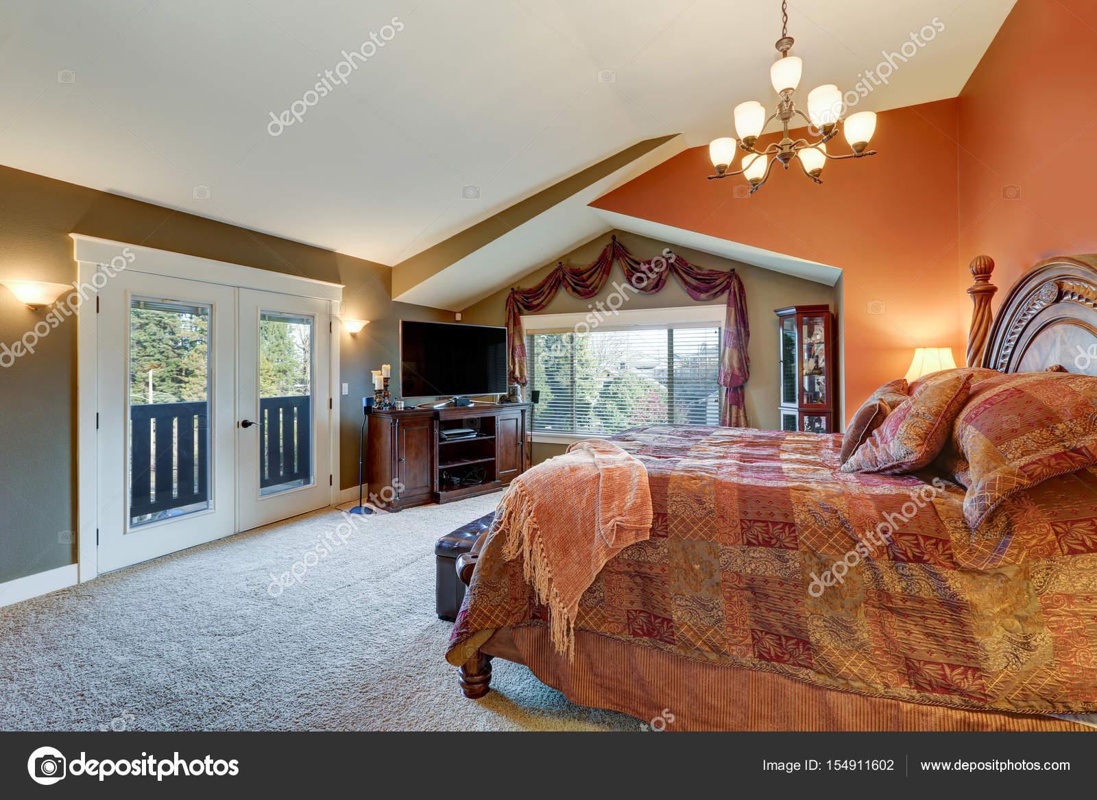 Pareti Grigie E Rosse : Master elegante suite con pareti rosse e grigie u foto stock