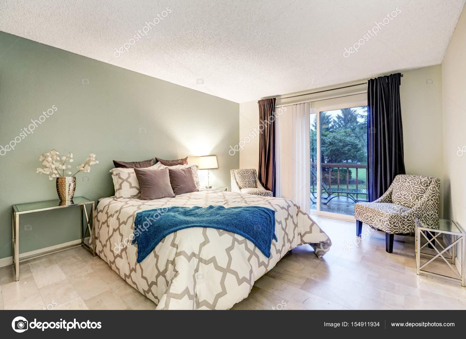 Slaapkamer Groen Bruin : Slaapkamer interieur met beige en groene muren u stockfoto