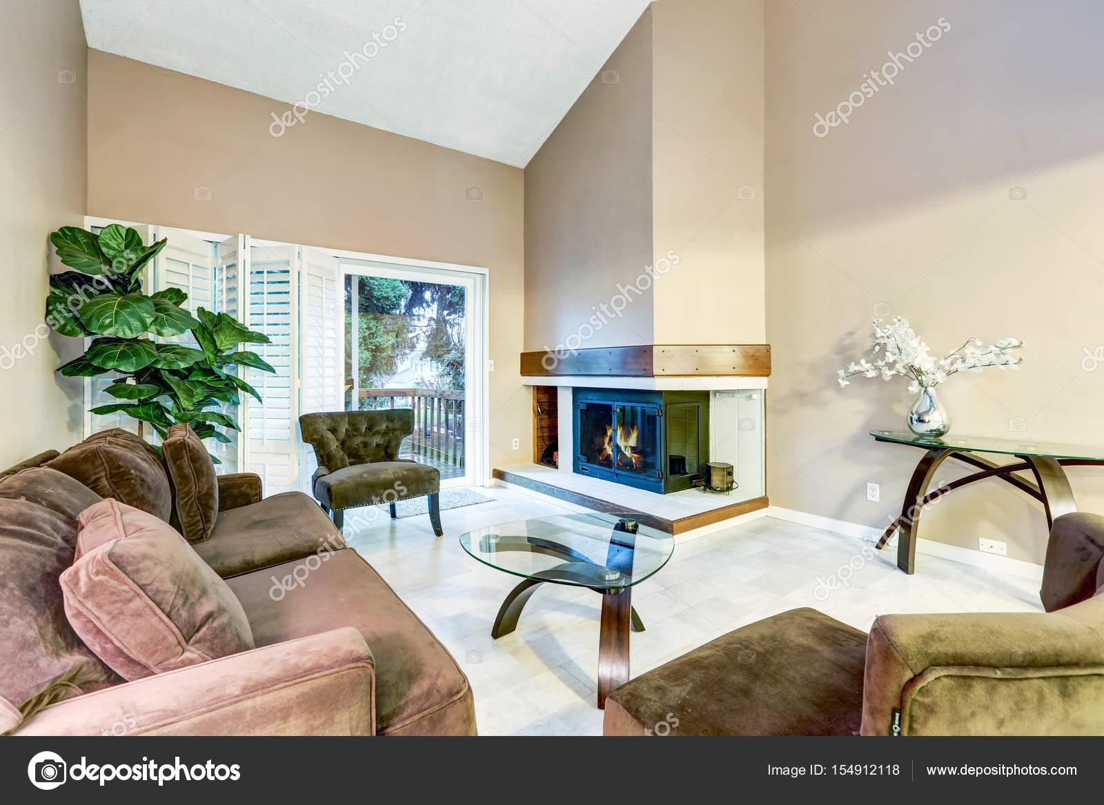 Familienzimmer in Brauntönen mit hohen gewölbten Decke — Stockfoto ...