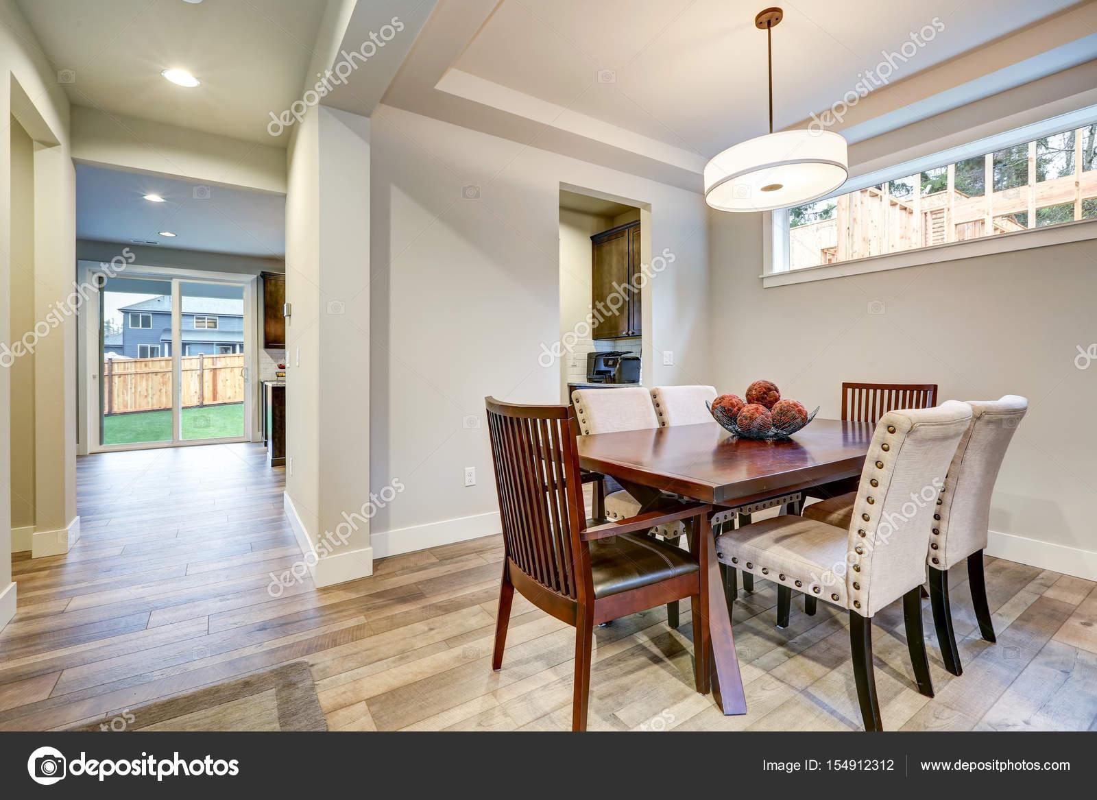 Luminoso e arioso piano sala da pranzo design aperto — Foto Stock ...