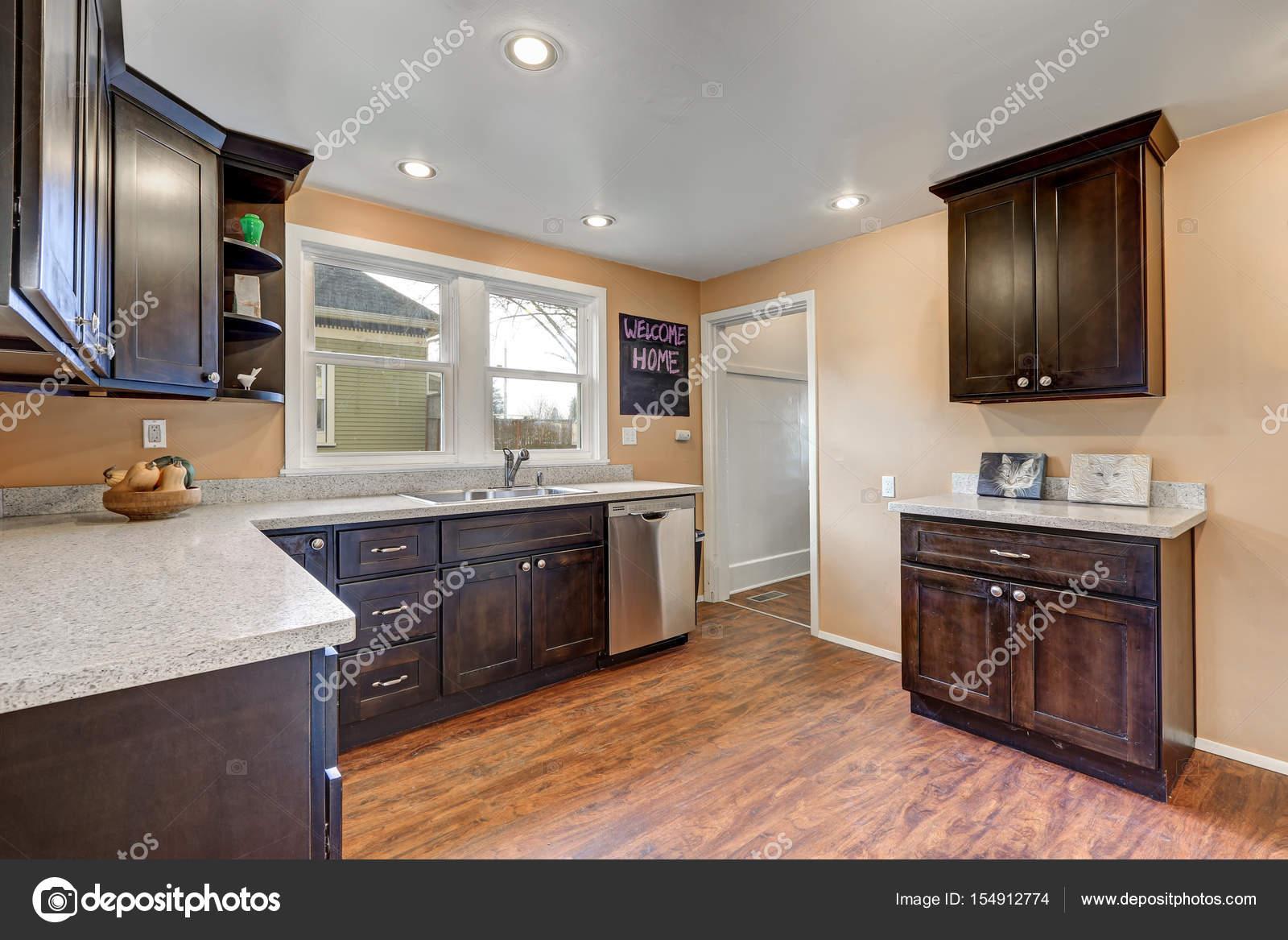 Frisch renovierter Küche mit Quarz Zähler und Stahl Geräten ...