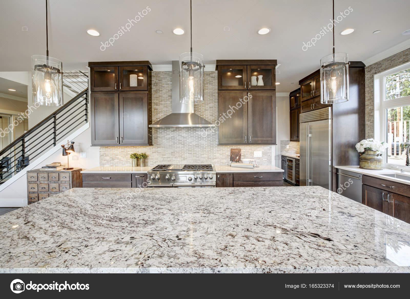 Cocina de lujo en una casa de nueva construcción — Fotos de Stock ...