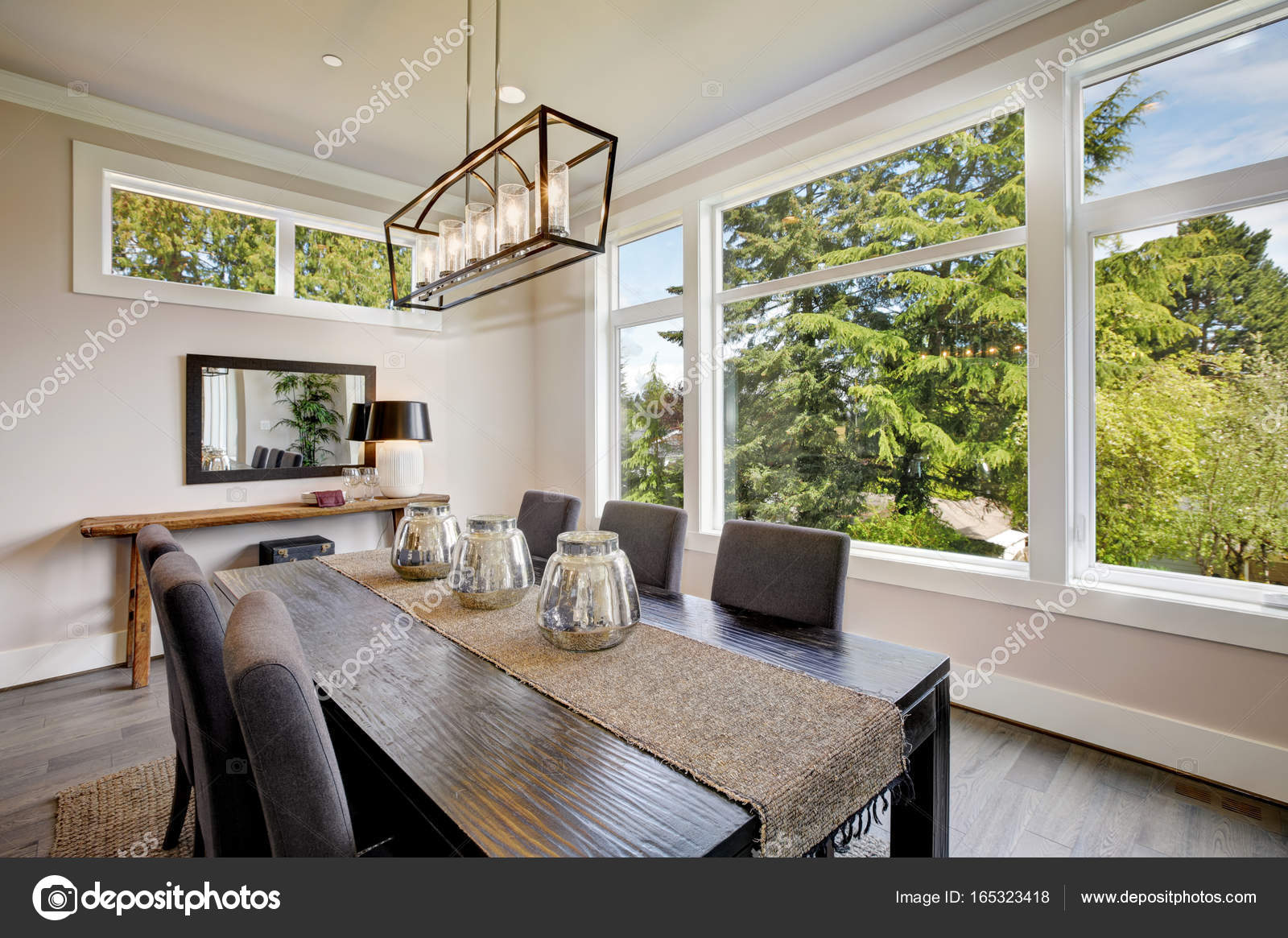 Luxuosa Moderna Sala De Jantar Possui Uma Mesa De Jantar Preta  -> Lustres Para Sala De Jantar Com Mesa Quadrada