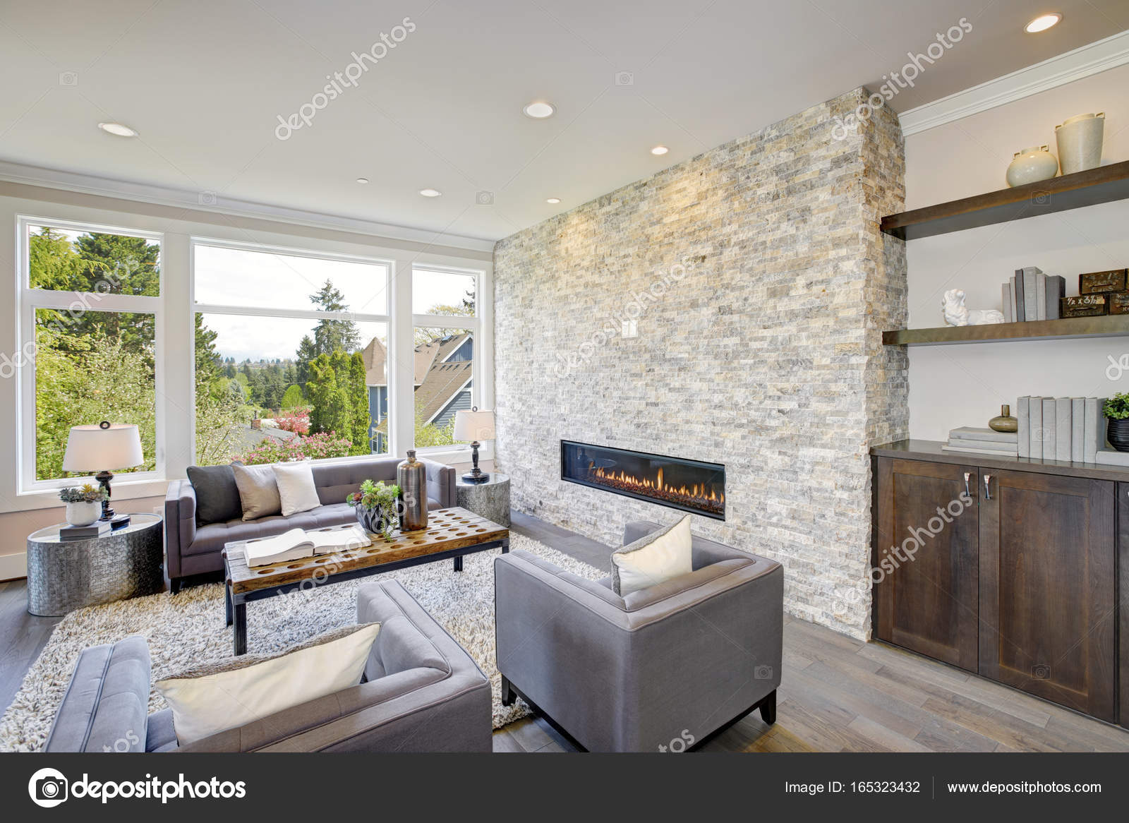Modern great room with a floor to ceiling stone fireplace — Stock ...