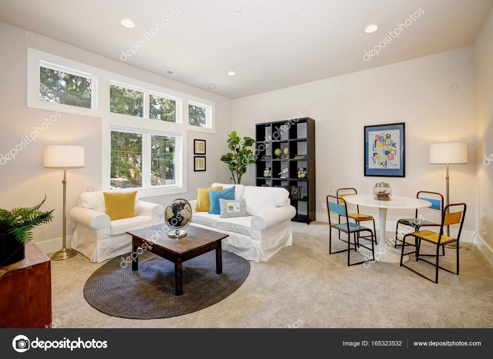 Weiße Familienzimmer und Spielzimmer — Stockfoto © iriana88w #165323532