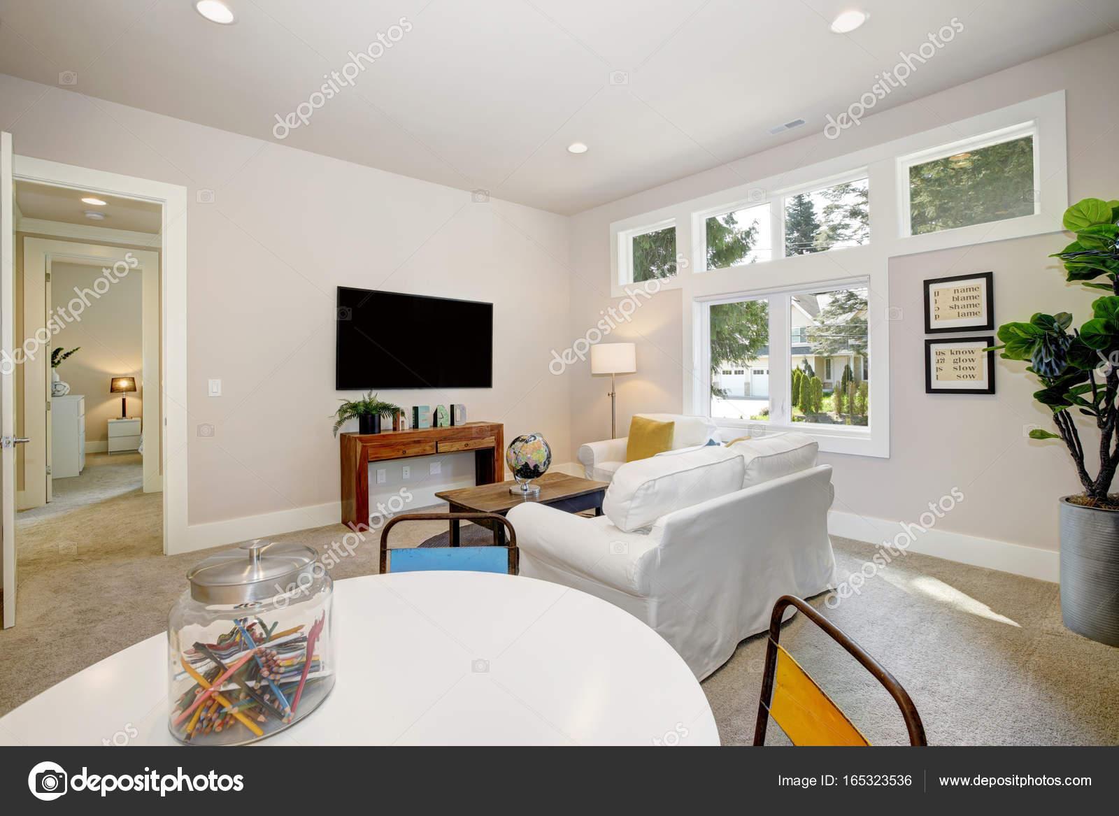 Weiße Familienzimmer und Spielzimmer — Stockfoto © iriana88w #165323536
