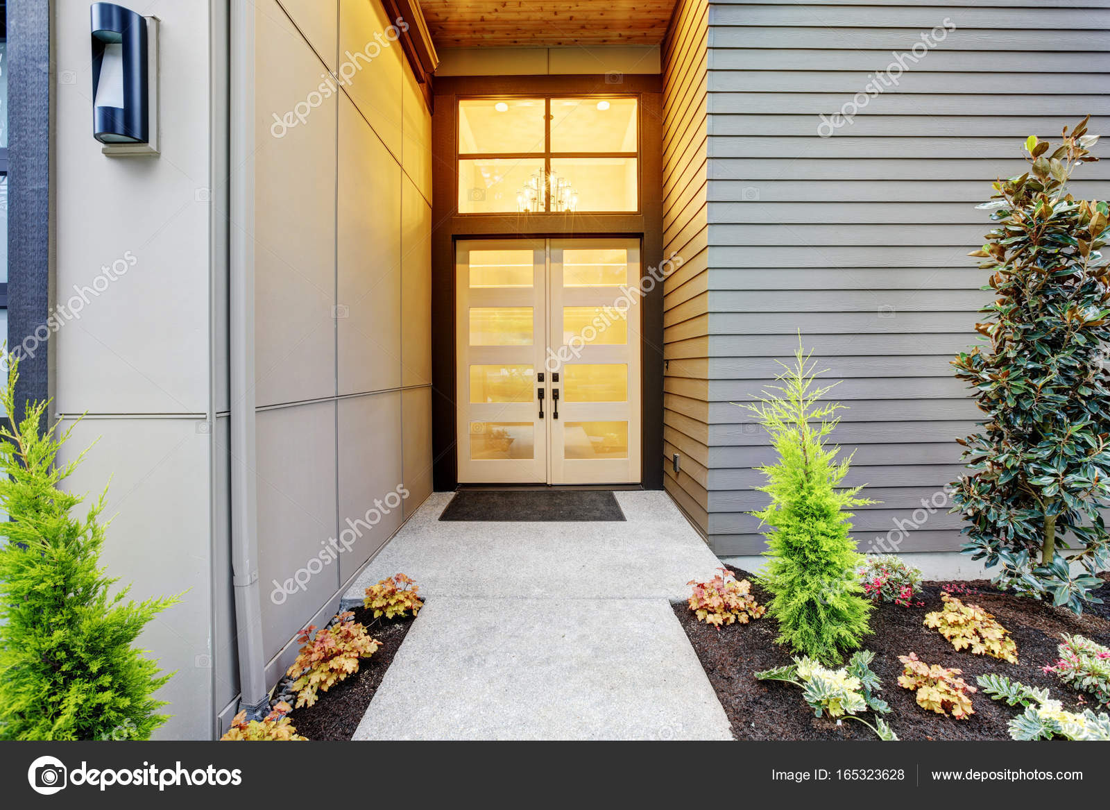 Entry Porch Of Contemporary Style Home In Bellevue Stock