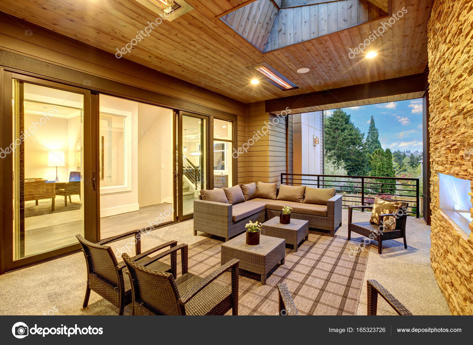 Einzigartig Amerikanischer Kamin Referenz Von Verträumte überdachte Terrasse Mit — Stockfoto