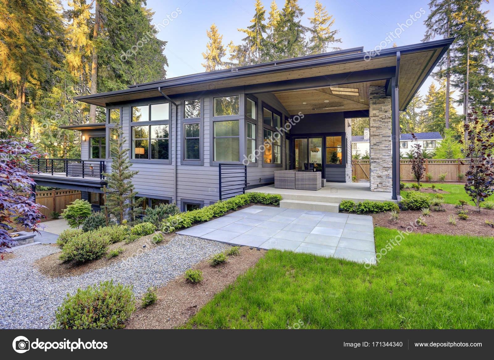 Neue moderne Haus verfügt über einen Garten mit Terrasse — Stockfoto ...