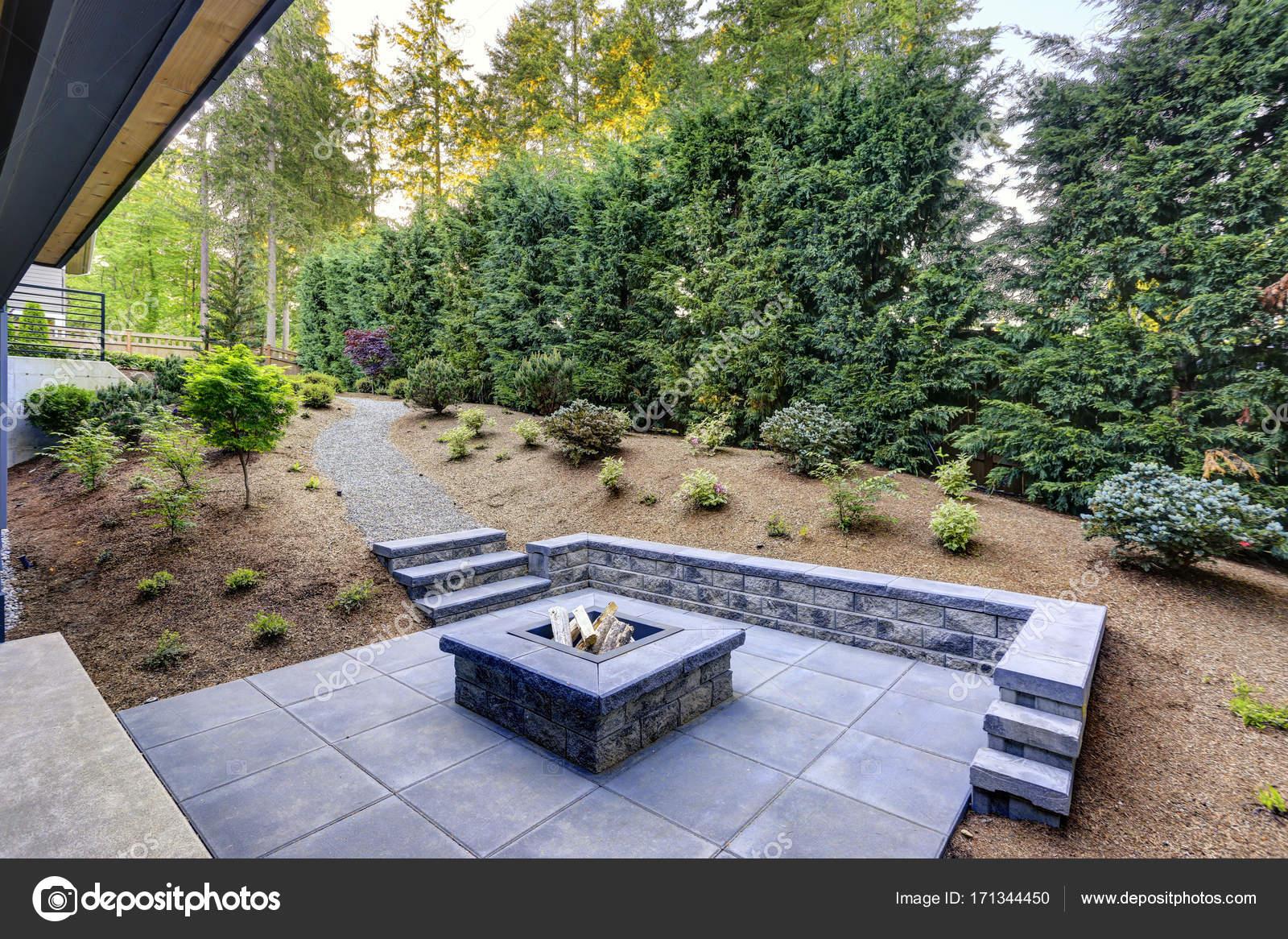 Neue Moderne Haus Verfügt über Einen Garten Mit Feuerstelle U2014 Stockfoto