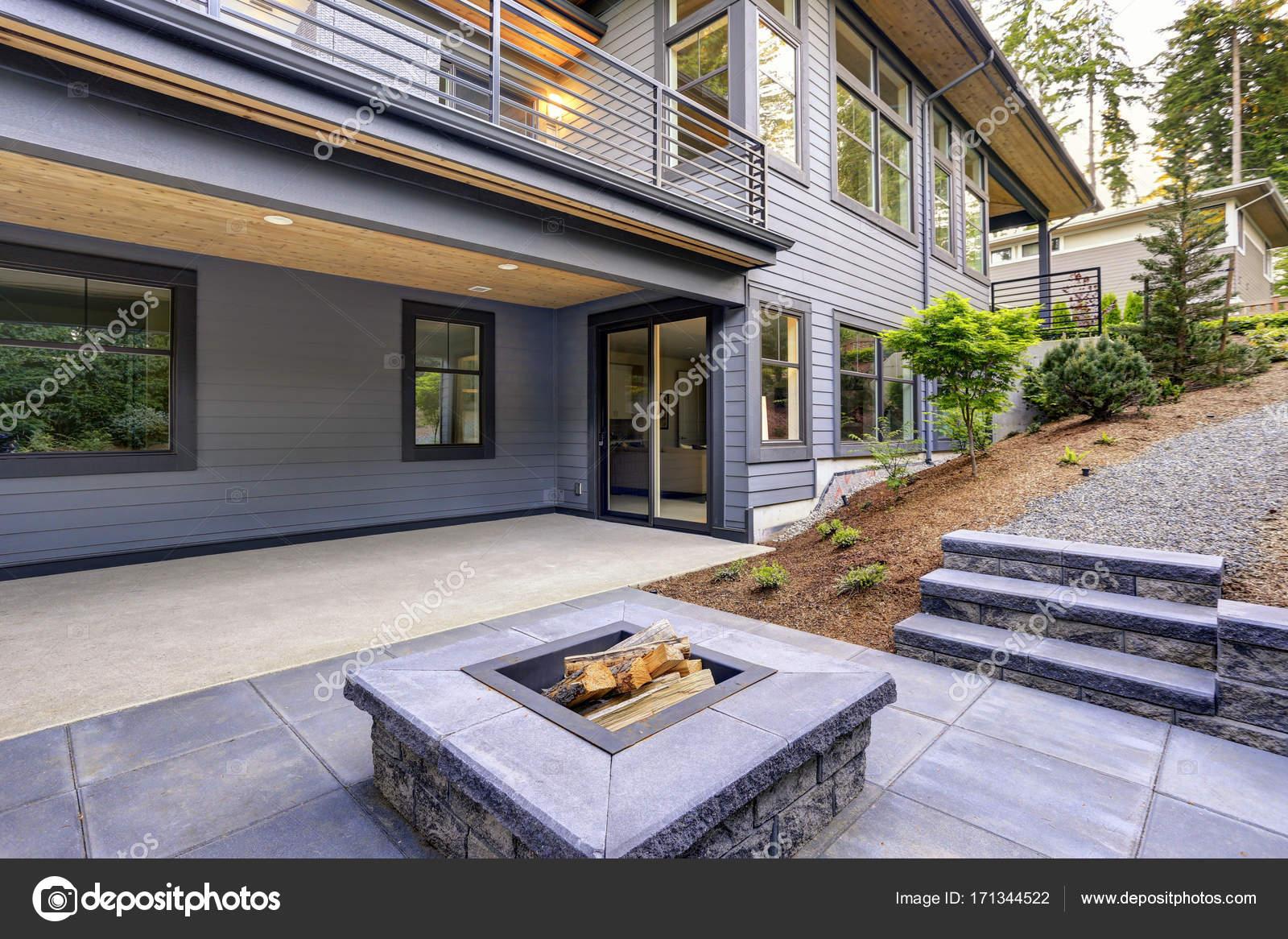 Nouvelle maison moderne dispose d\'un jardin avec patio ...