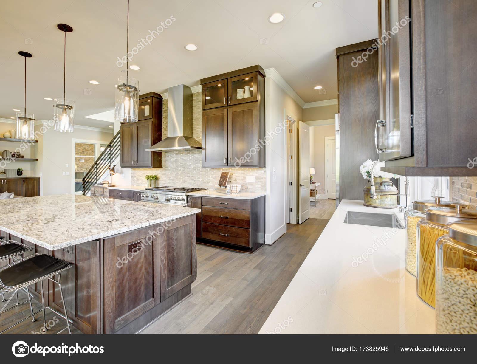 Cucina di lusso in una casa di nuova costruzione — Foto Stock ...