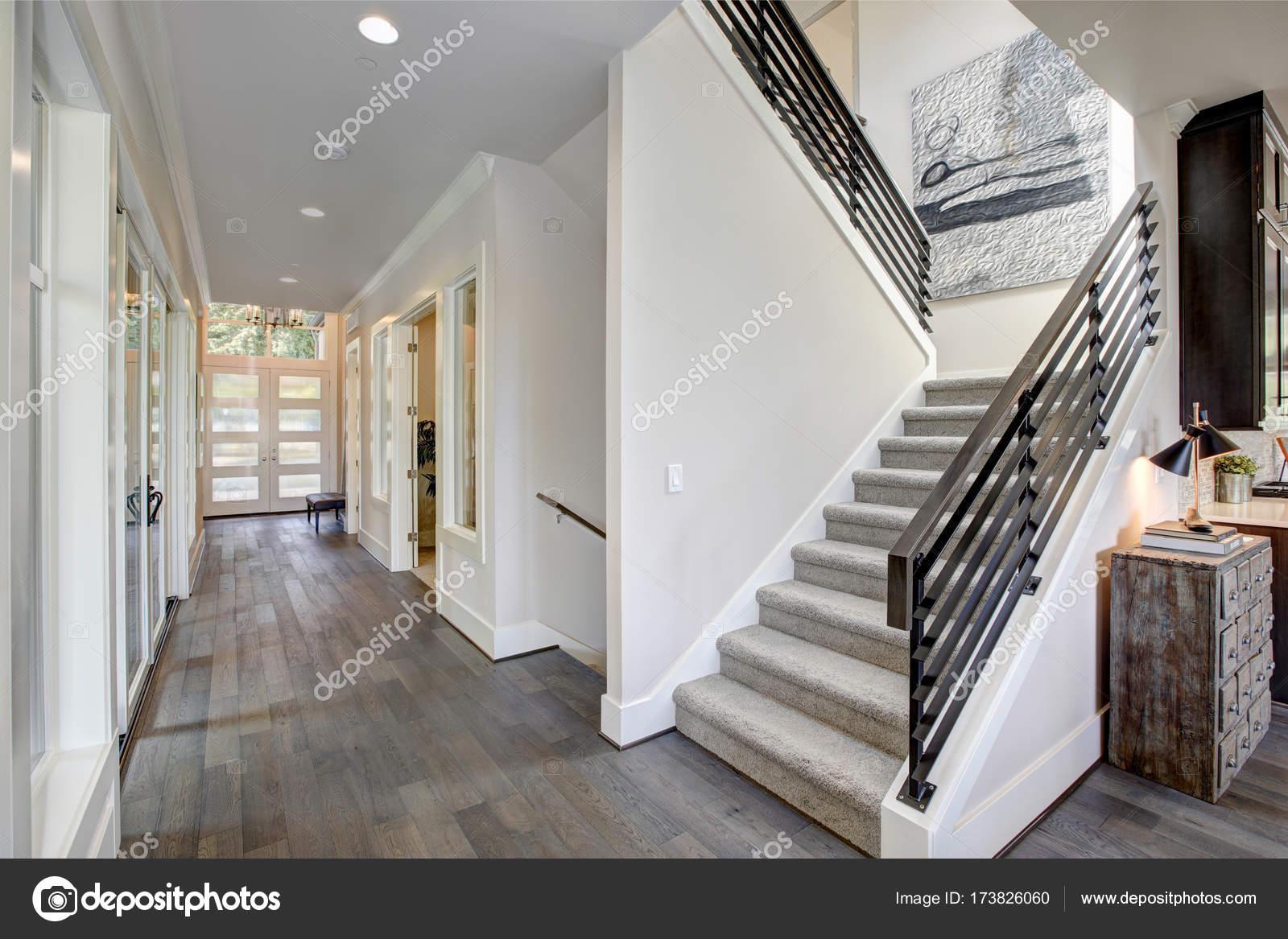 Tapijt Voor Gang : Hal beschikt over een trap met grijze tapijt loper u stockfoto