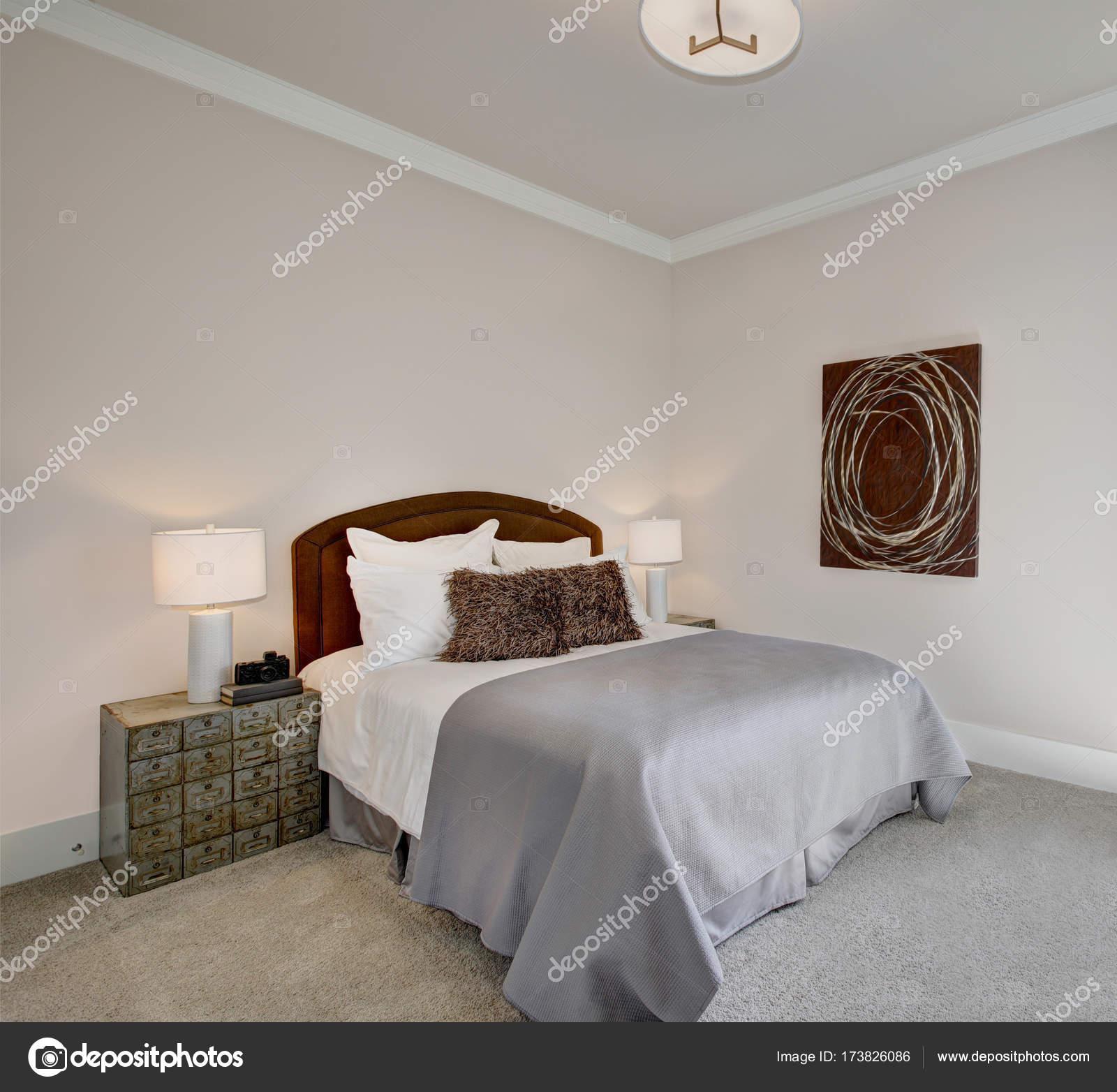nette slaapkamer interieur in grijs en bruin tinten stockfoto