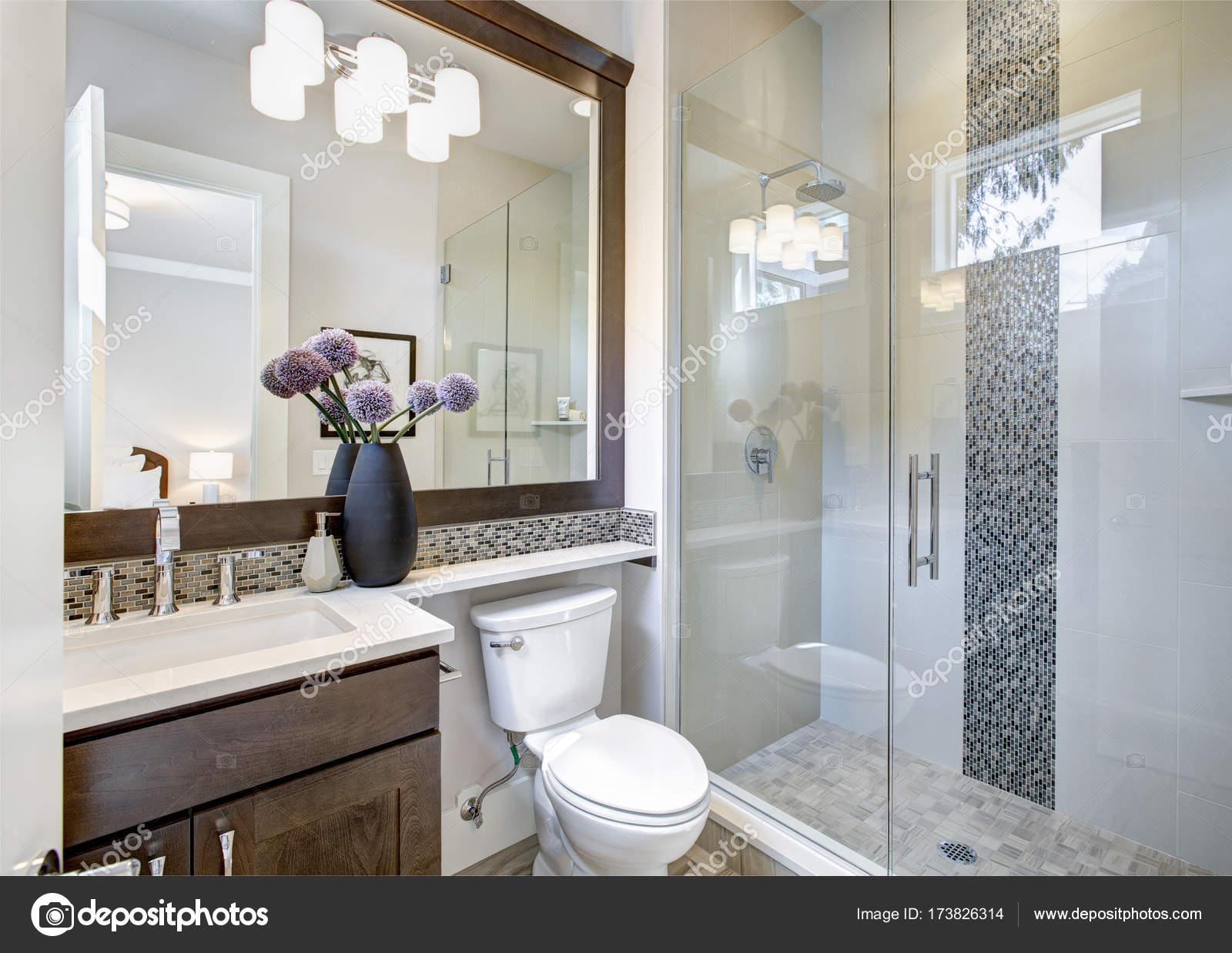 Moderne neue Badezimmer Interieur — Stockfoto © iriana88w #173826314