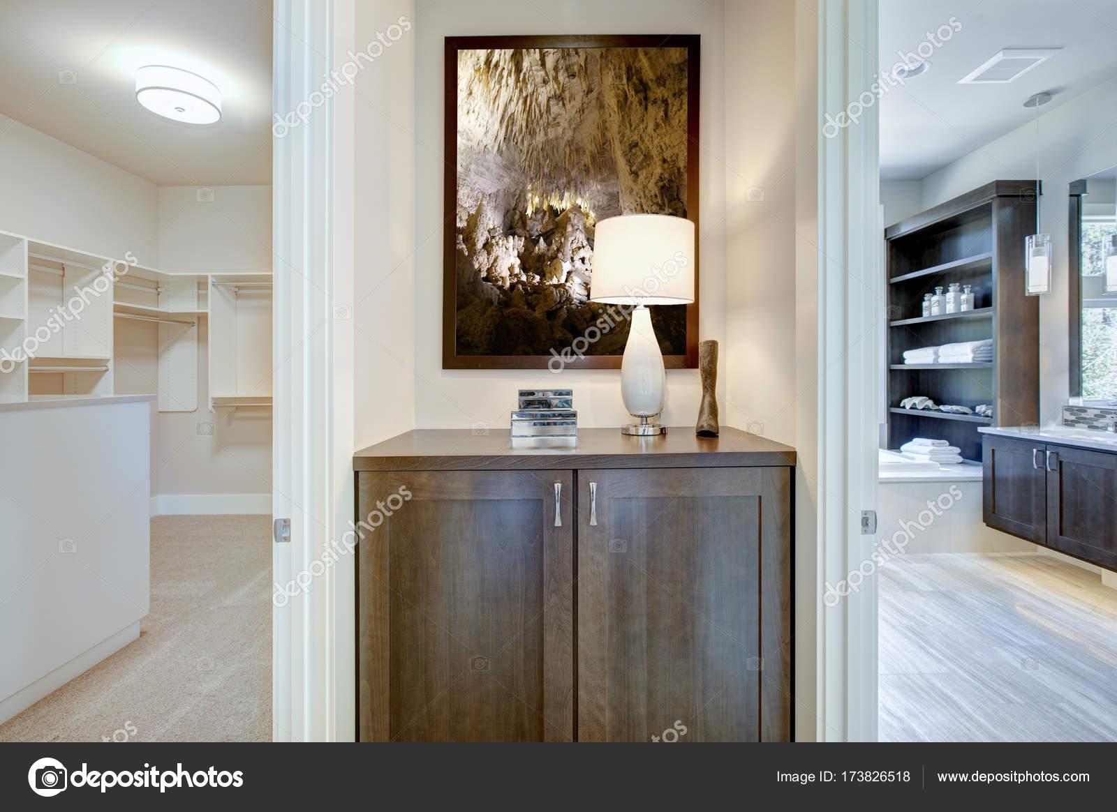 Intérieur de maison de luxe, vue de salle de bains et un dressing ...