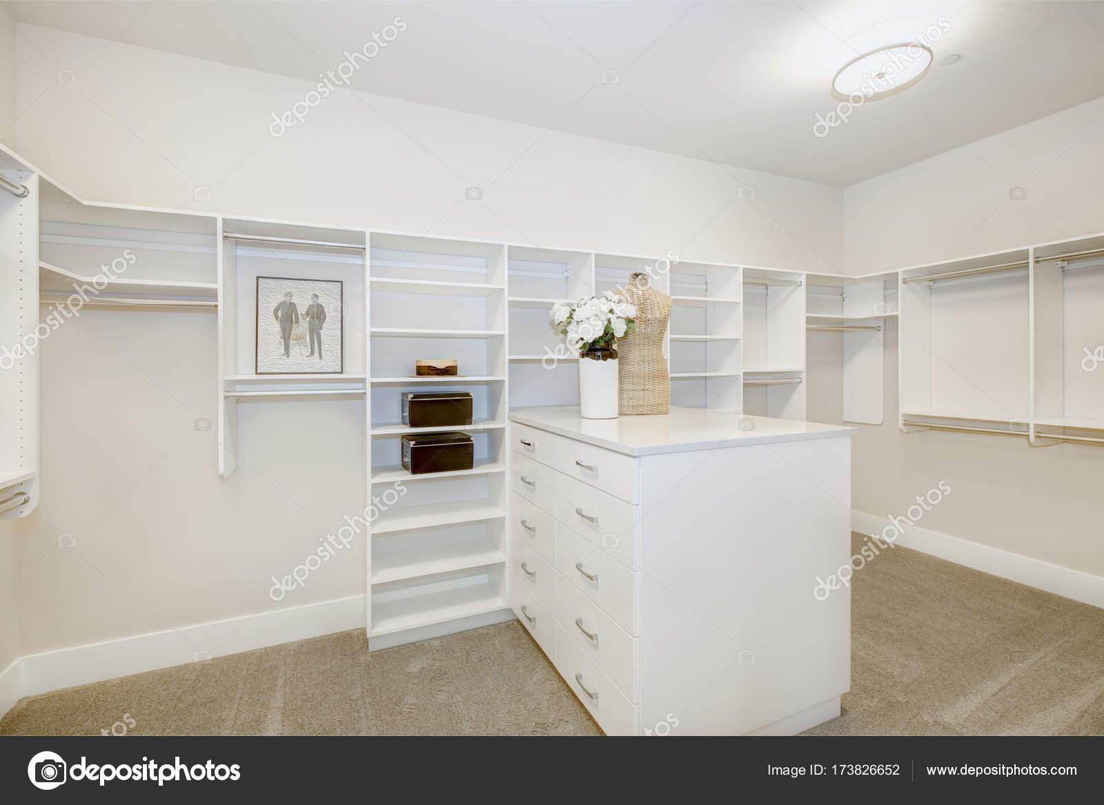 Cabine Armadio Enormi : Enorme cabina armadio con ripiani cassetti e vestiti rotaie u2014 foto