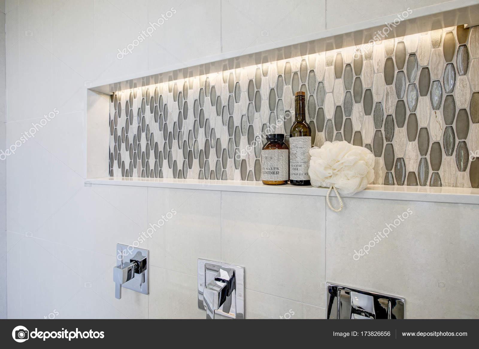 Ansprechende Dusche Features Weiße Fliesen Surround, Dusche Nische Mit  Grauen Mosaikfliesen Ausgestattet. Nordwesten, Usa U2014 Foto Von Iriana88w
