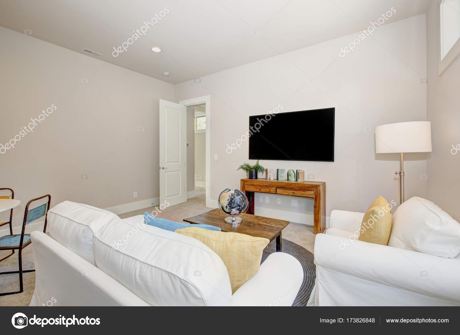Schöne Familienzimmer mit reinen weißen sofas — Stockfoto ...
