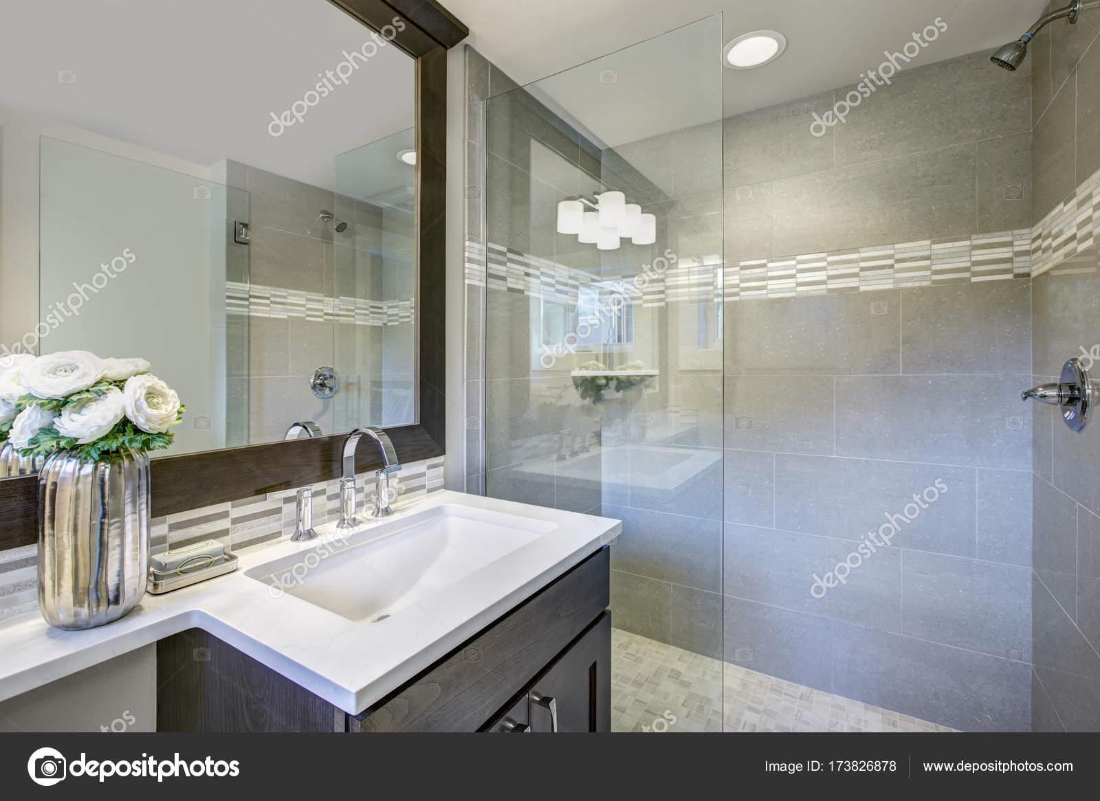 Moderne neue Badezimmer Interieur — Stockfoto © iriana88w #173826878