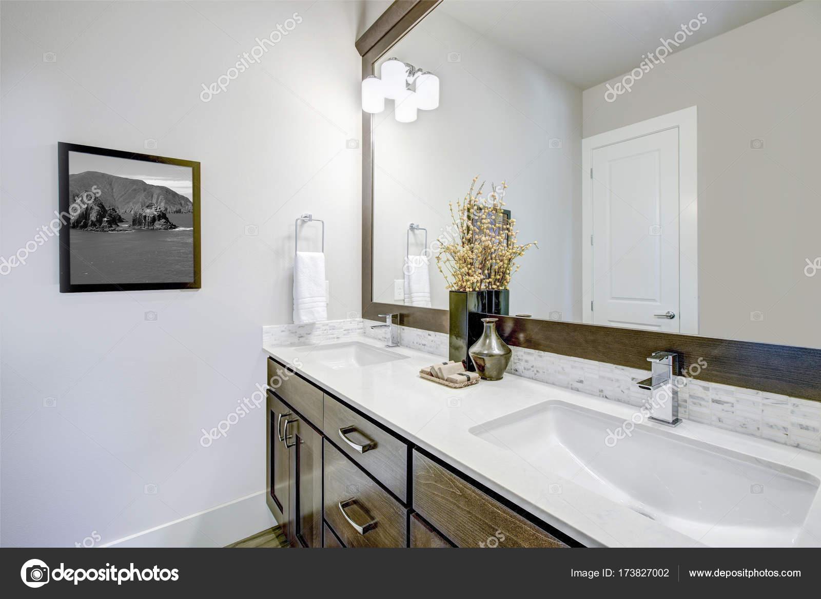 Bagno Marrone Scuro : Bel bagno con armadietto di vanità marrone scuro u foto stock