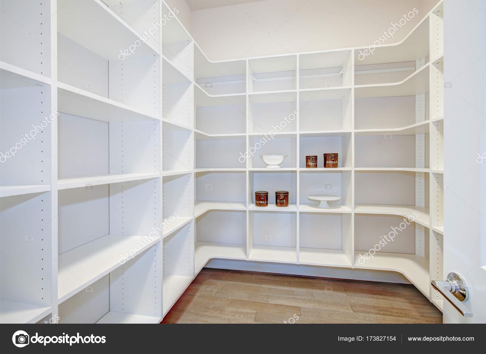 Speisekammer Interieur mit leeren Regalen in ein neues Zuhause ...