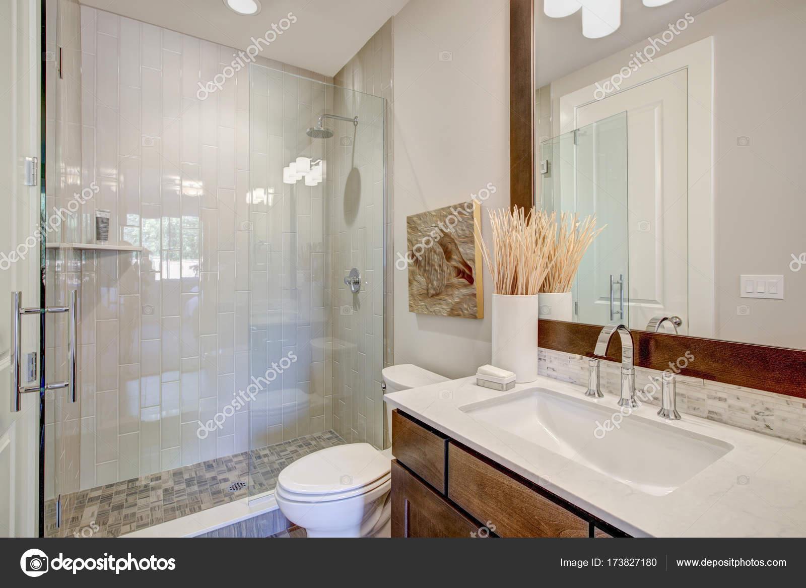 witte en bruine badkamer interieur — Stockfoto © iriana88w #173827180