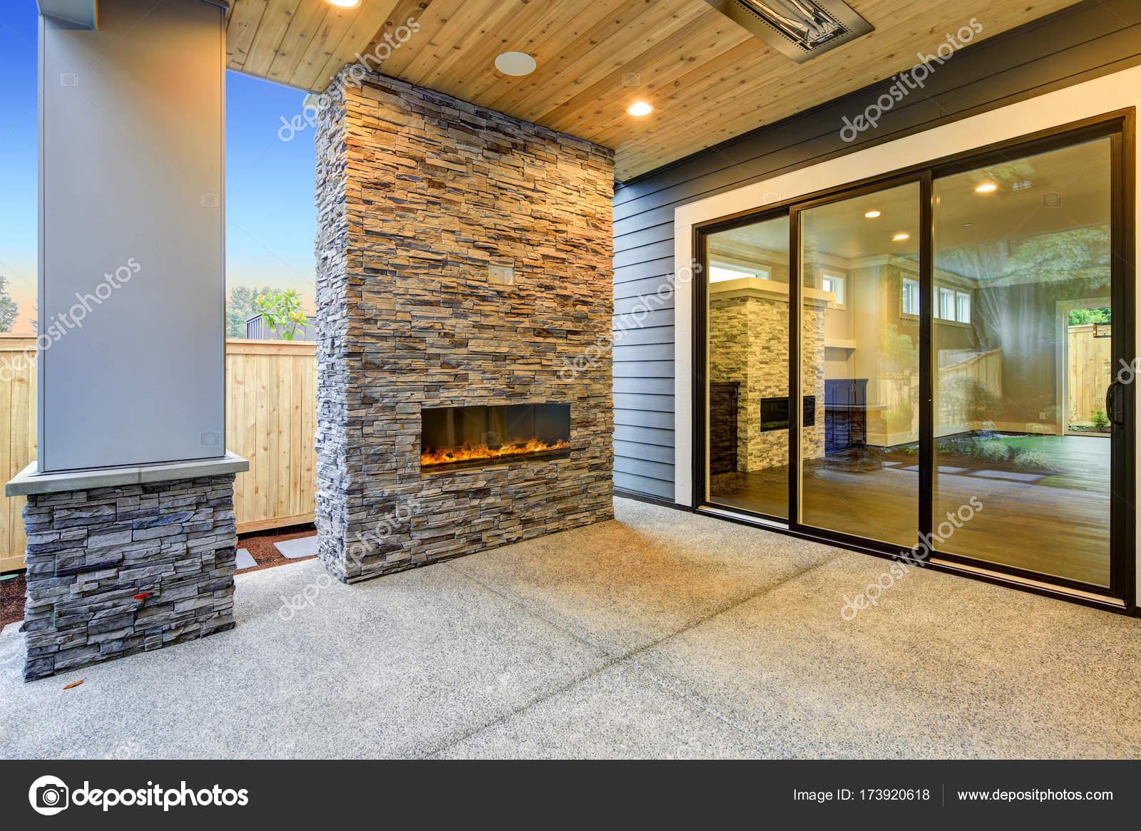 Buiten patio beschikt over prachtige stenen open haard u stockfoto