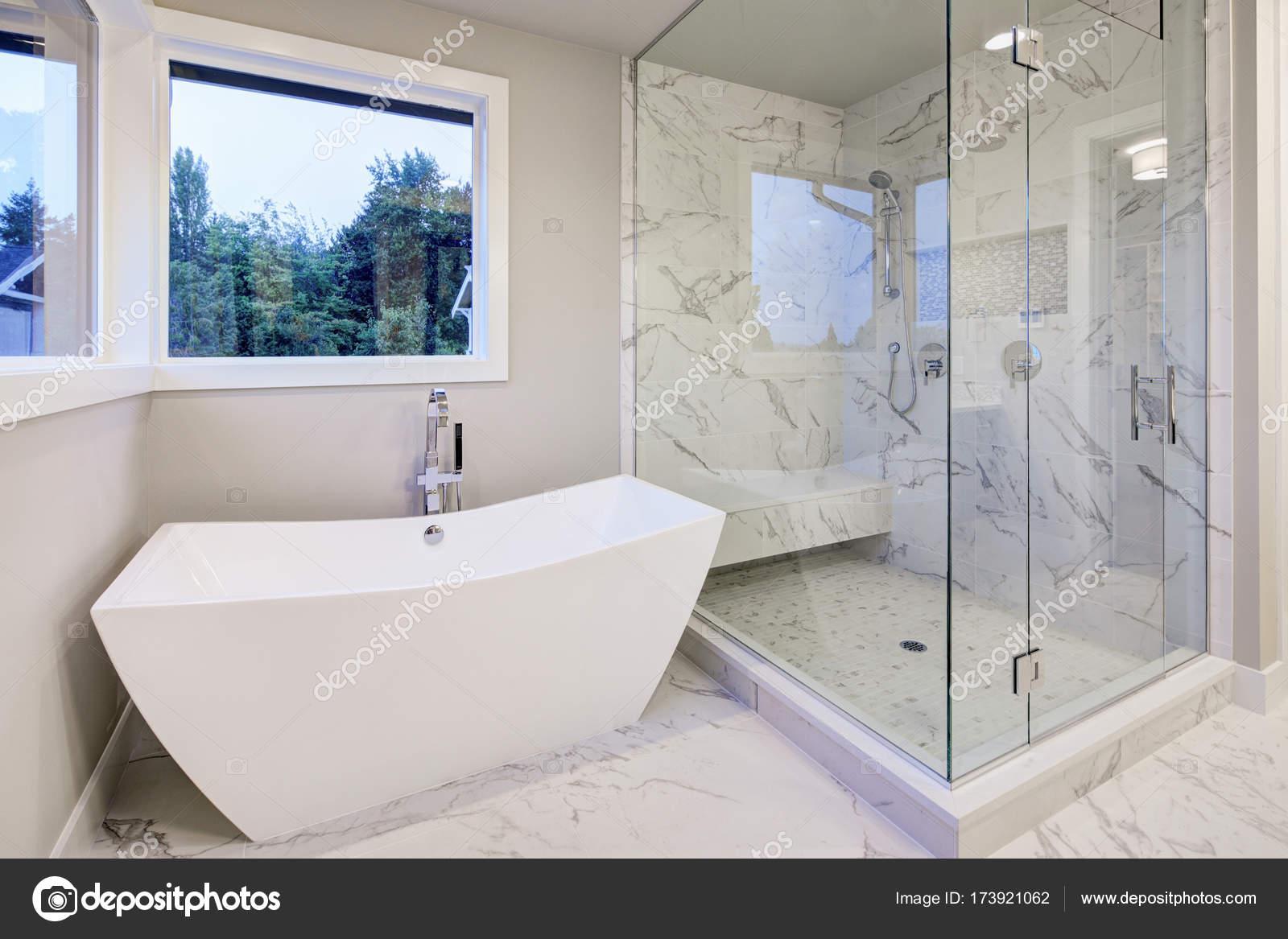 Strakke badkamer voorzien van vrijstaand bad — Stockfoto © iriana88w ...