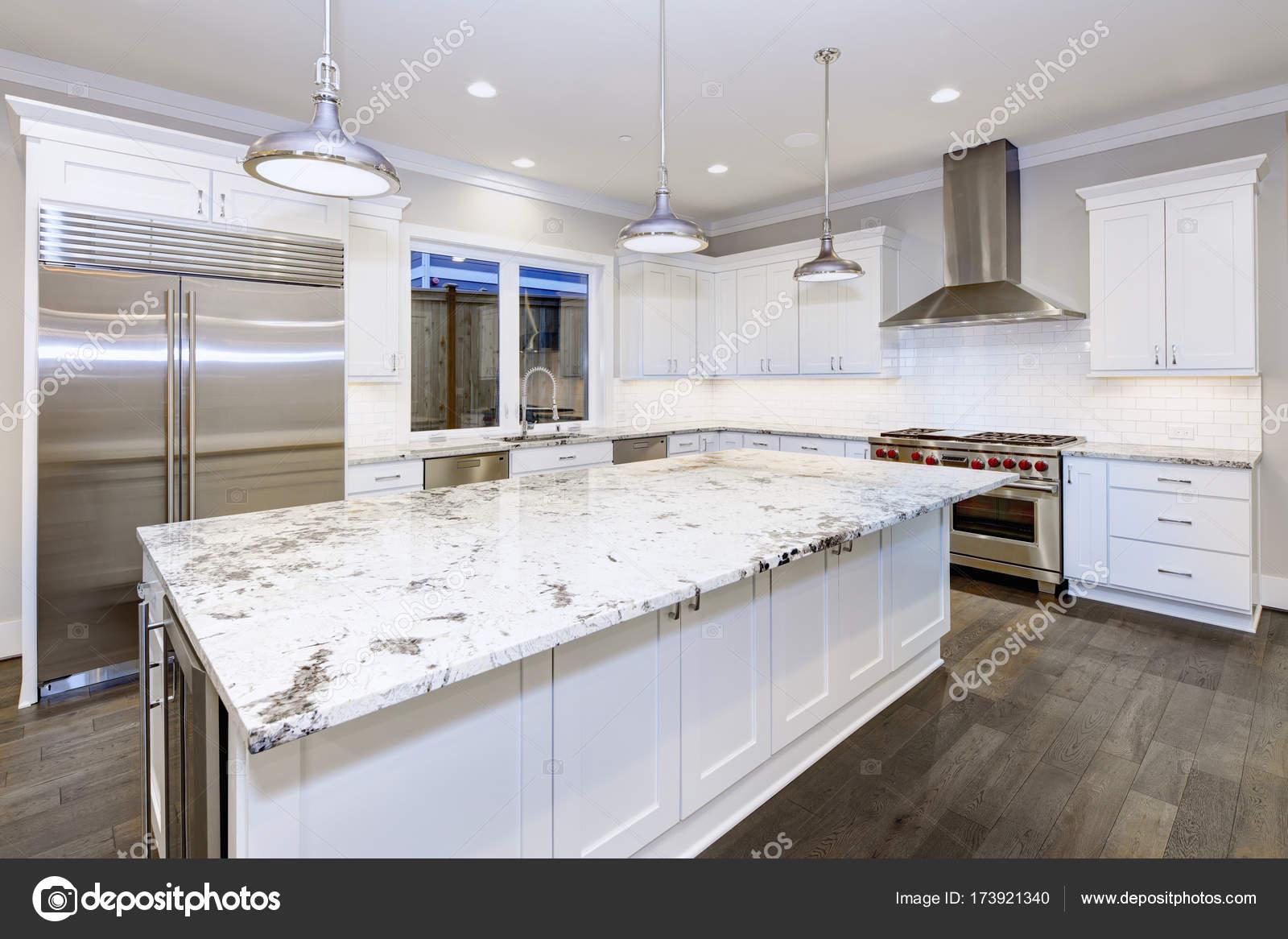 Große, geräumige Küchendesign mit weißen Küche-Kabinette — Stockfoto ...